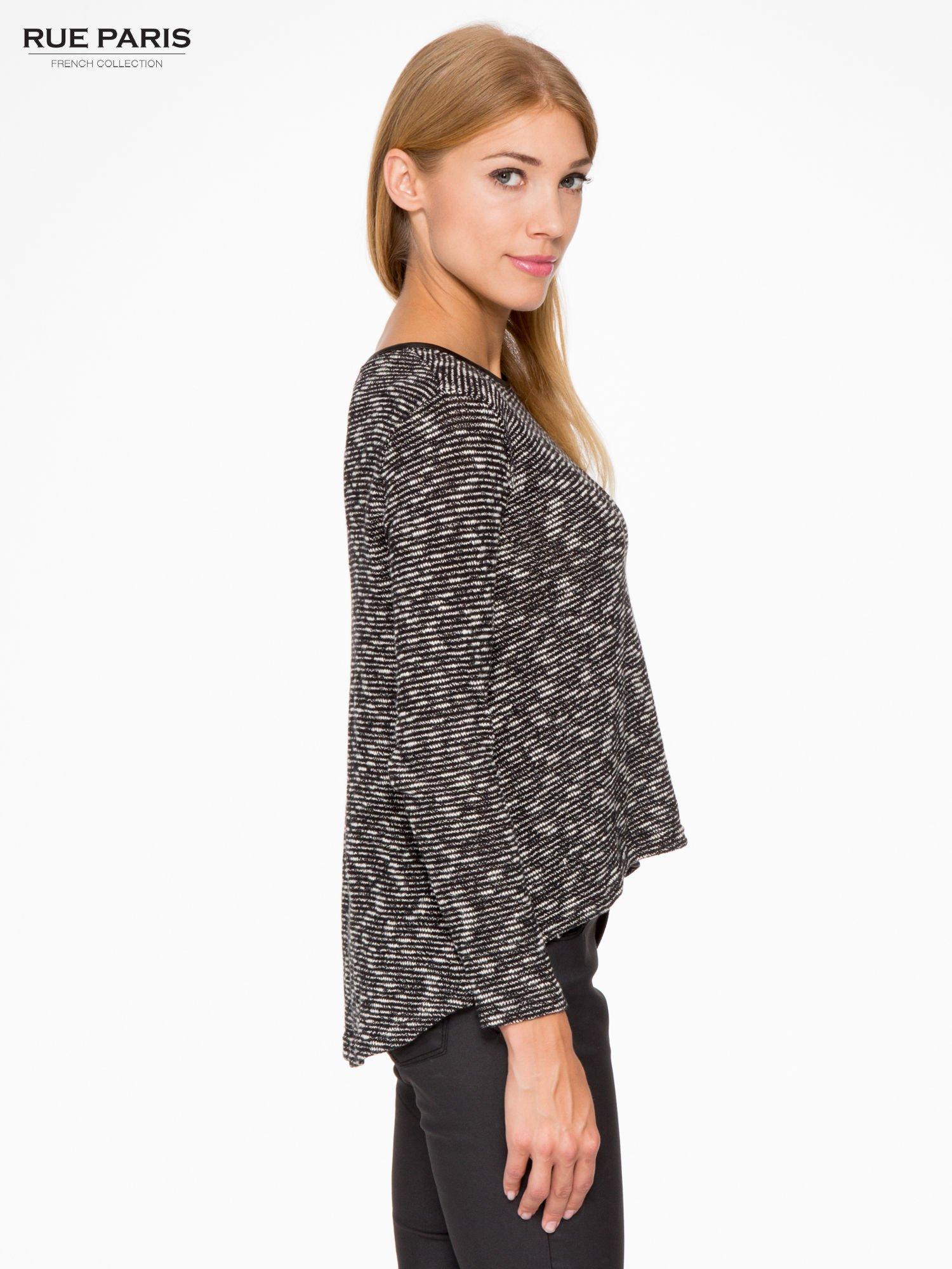 Czarny melanżowy sweter ze skórzaną lamówką przy dekolcie                                  zdj.                                  3
