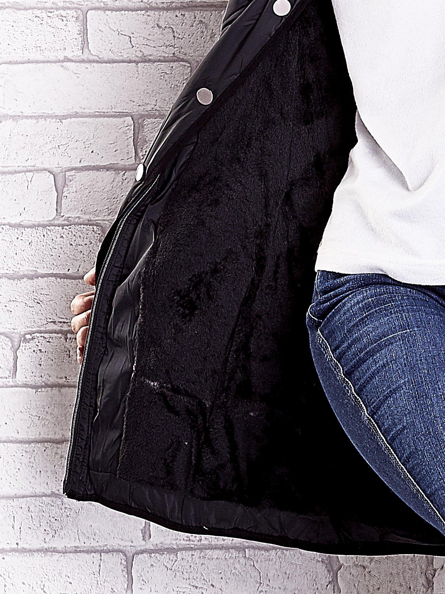 Czarny pikowany płaszcz z paskiem                                  zdj.                                  9