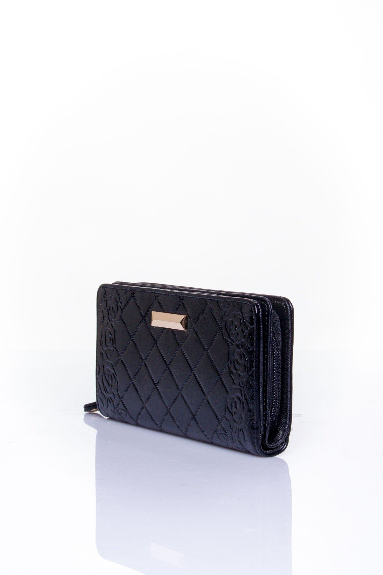 Czarny pikowany portfel z kwiatowym tłoczeniem                                  zdj.                                  3