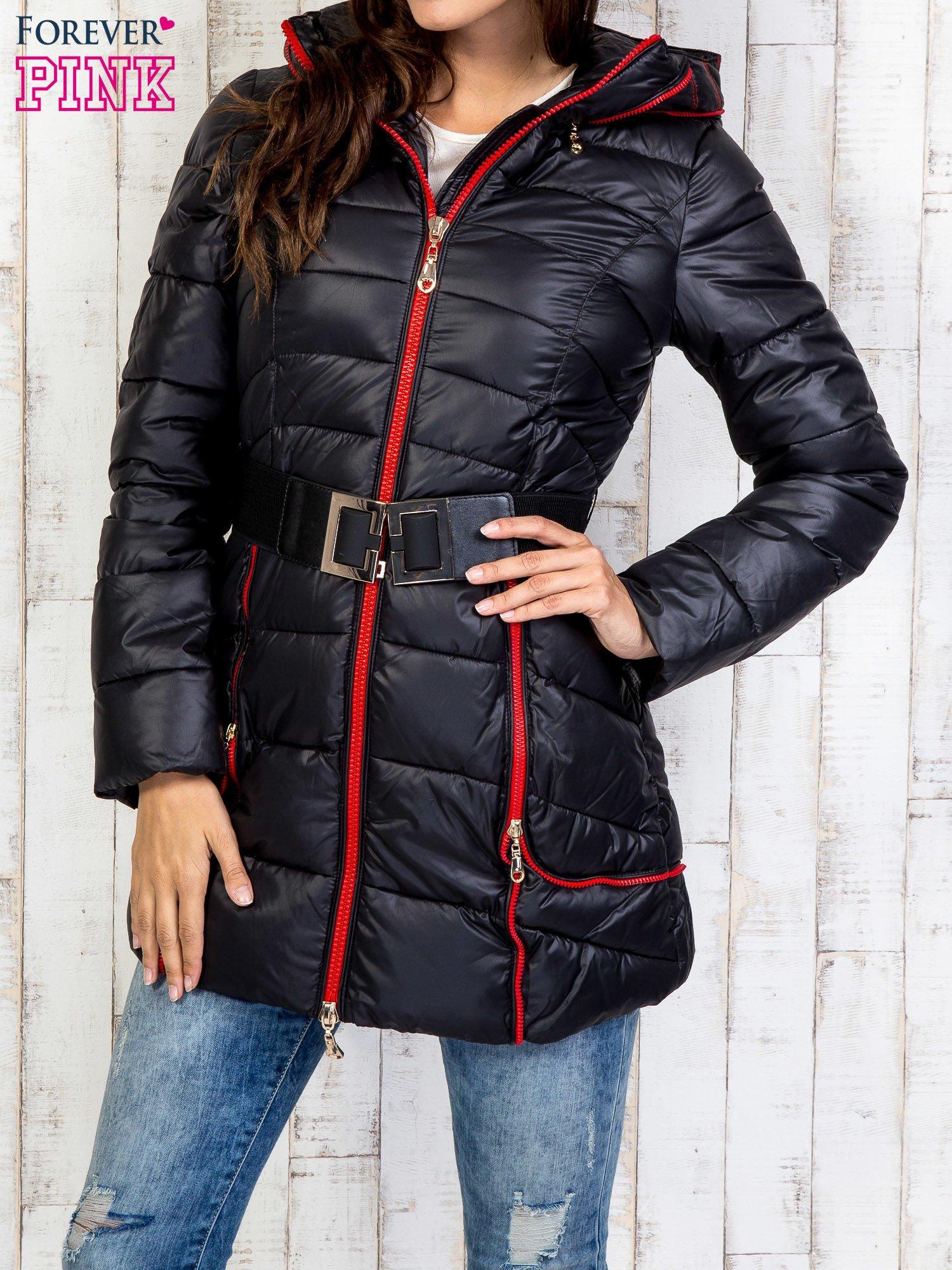 Czarny płaszcz z paskiem i kolorowymi suwakami                                  zdj.                                  1