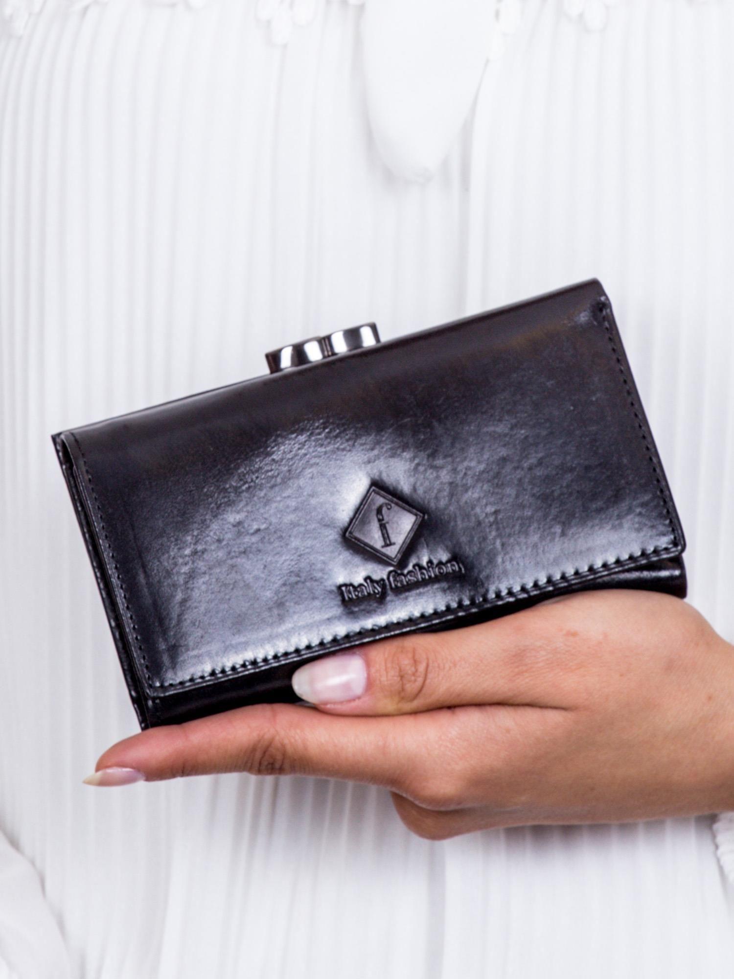 e211719d127b7 Czarny portfel damski z tłoczeniem - Akcesoria portfele - sklep ...
