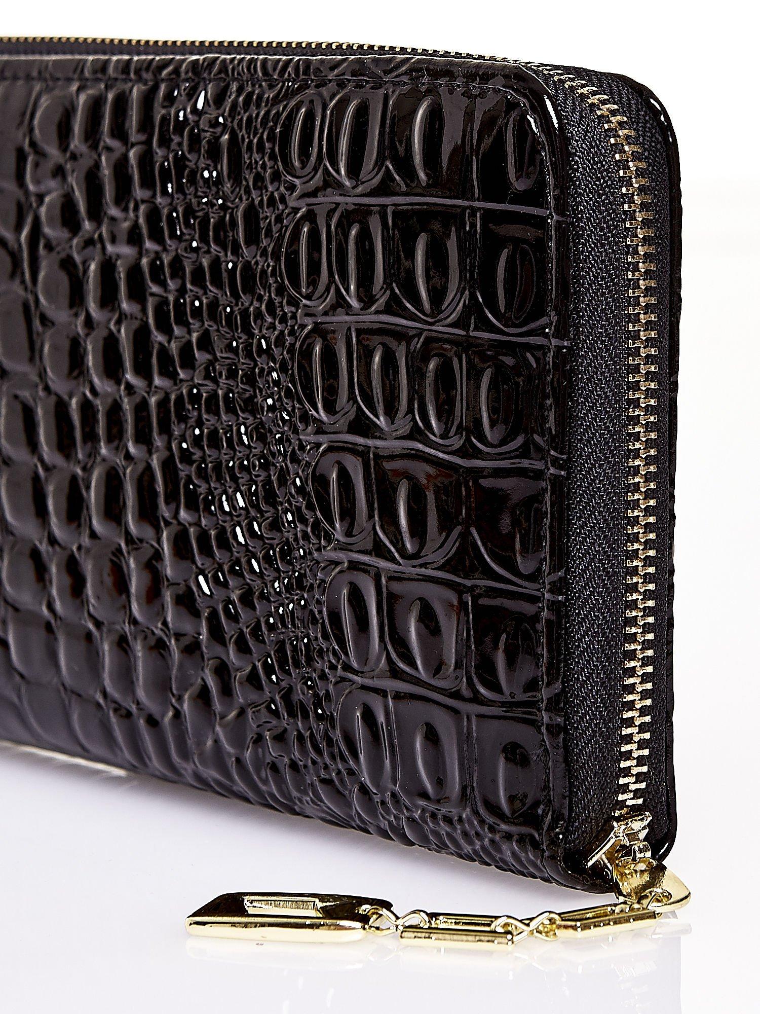 Czarny portfel kopertówka z motywem skóry krokodyla                                  zdj.                                  4