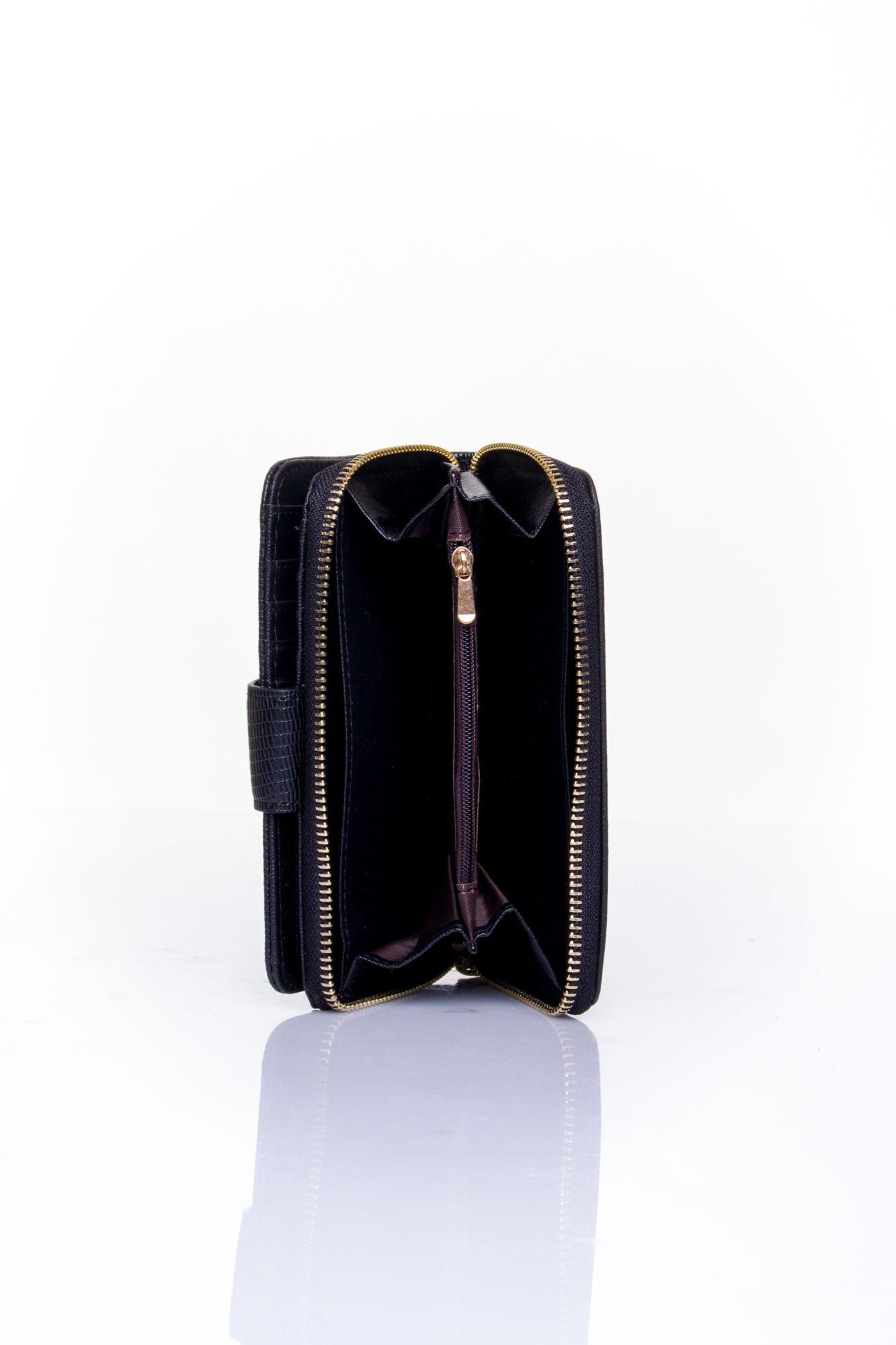 Czarny portfel z ozdobną złotą klamrą                                  zdj.                                  5