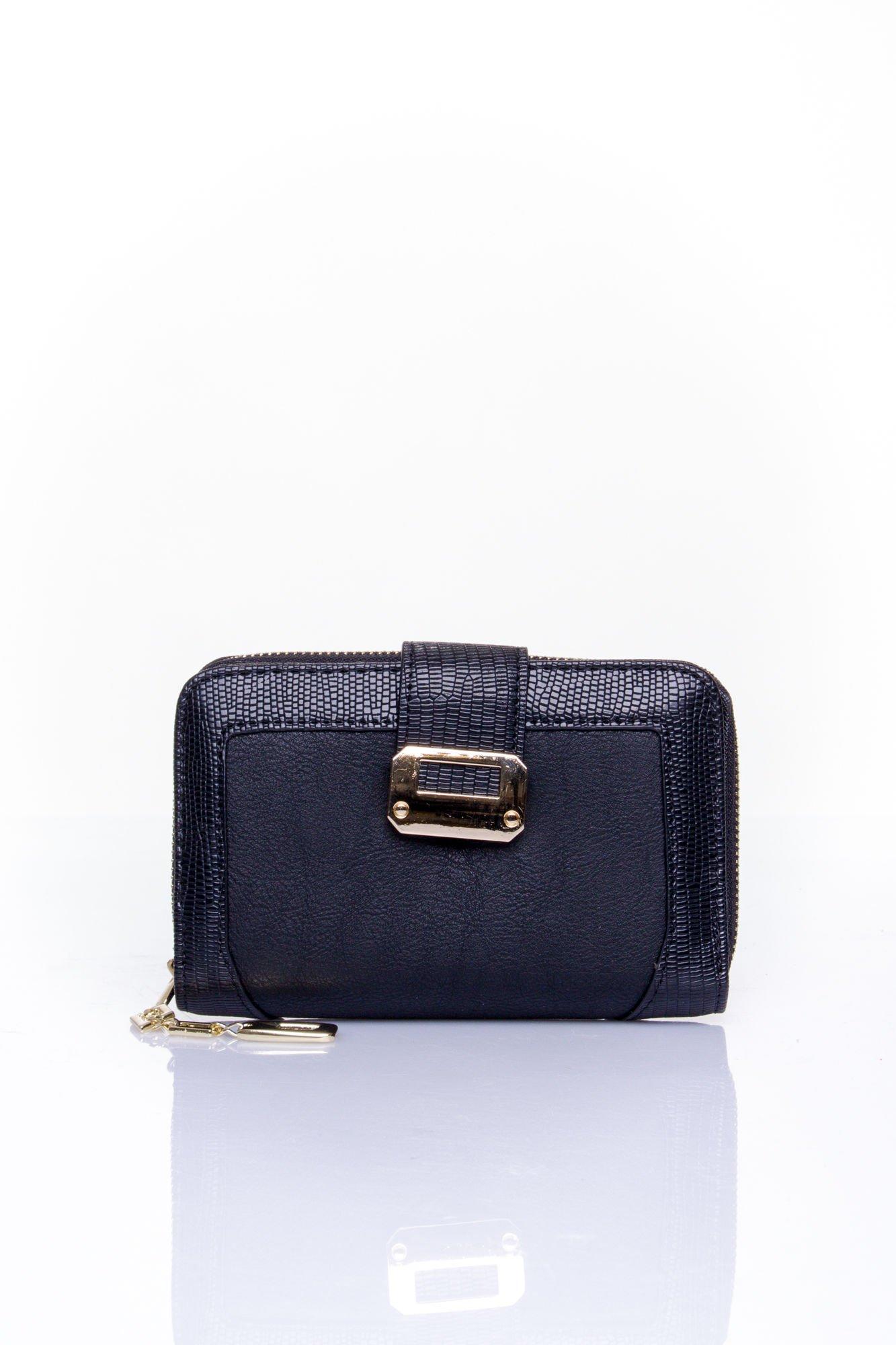 Czarny portfel z ozdobną złotą klamrą                                  zdj.                                  1