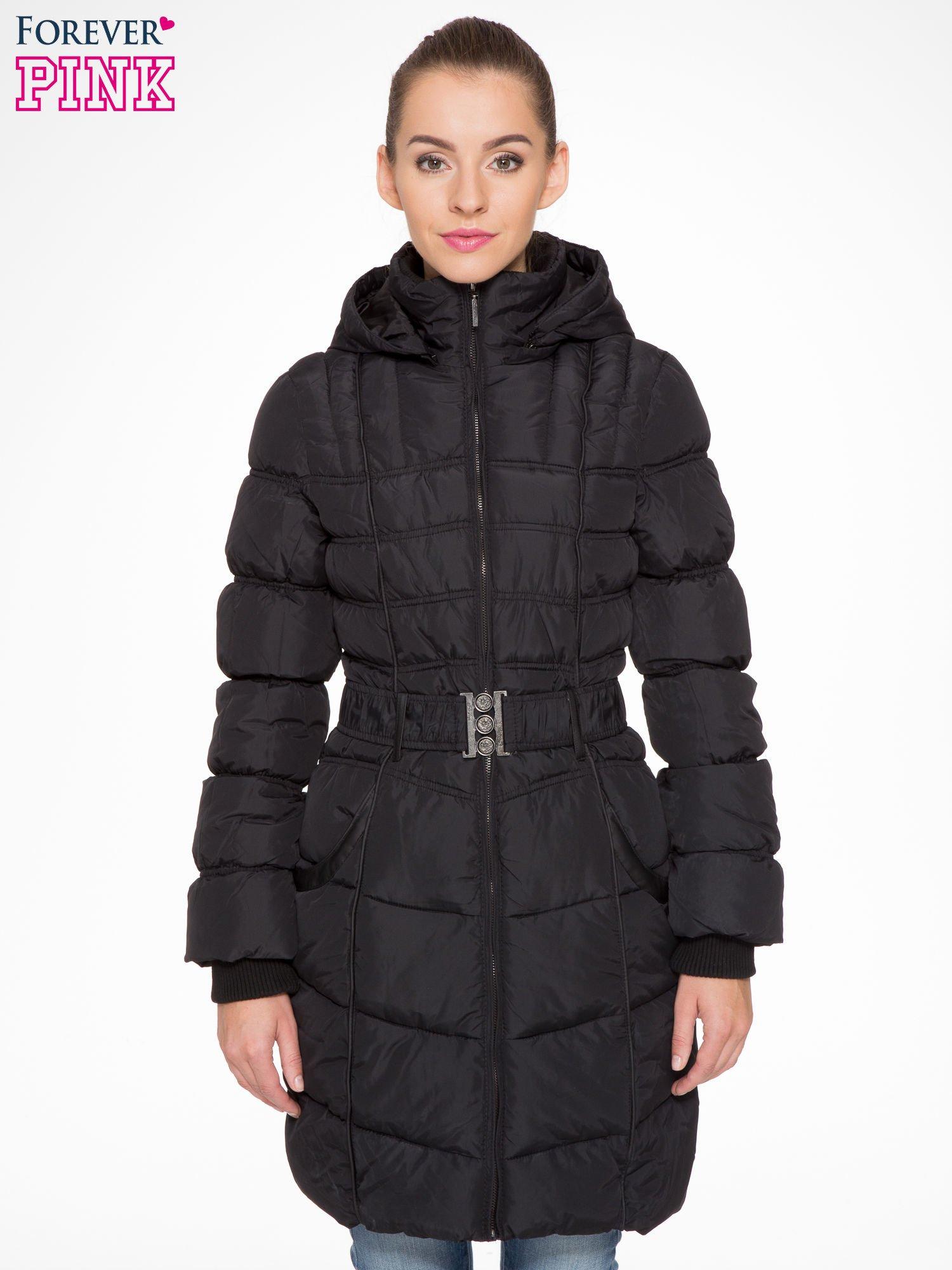 Czarny puchowy płaszcz zapinany na pasek z klamrą                                  zdj.                                  1