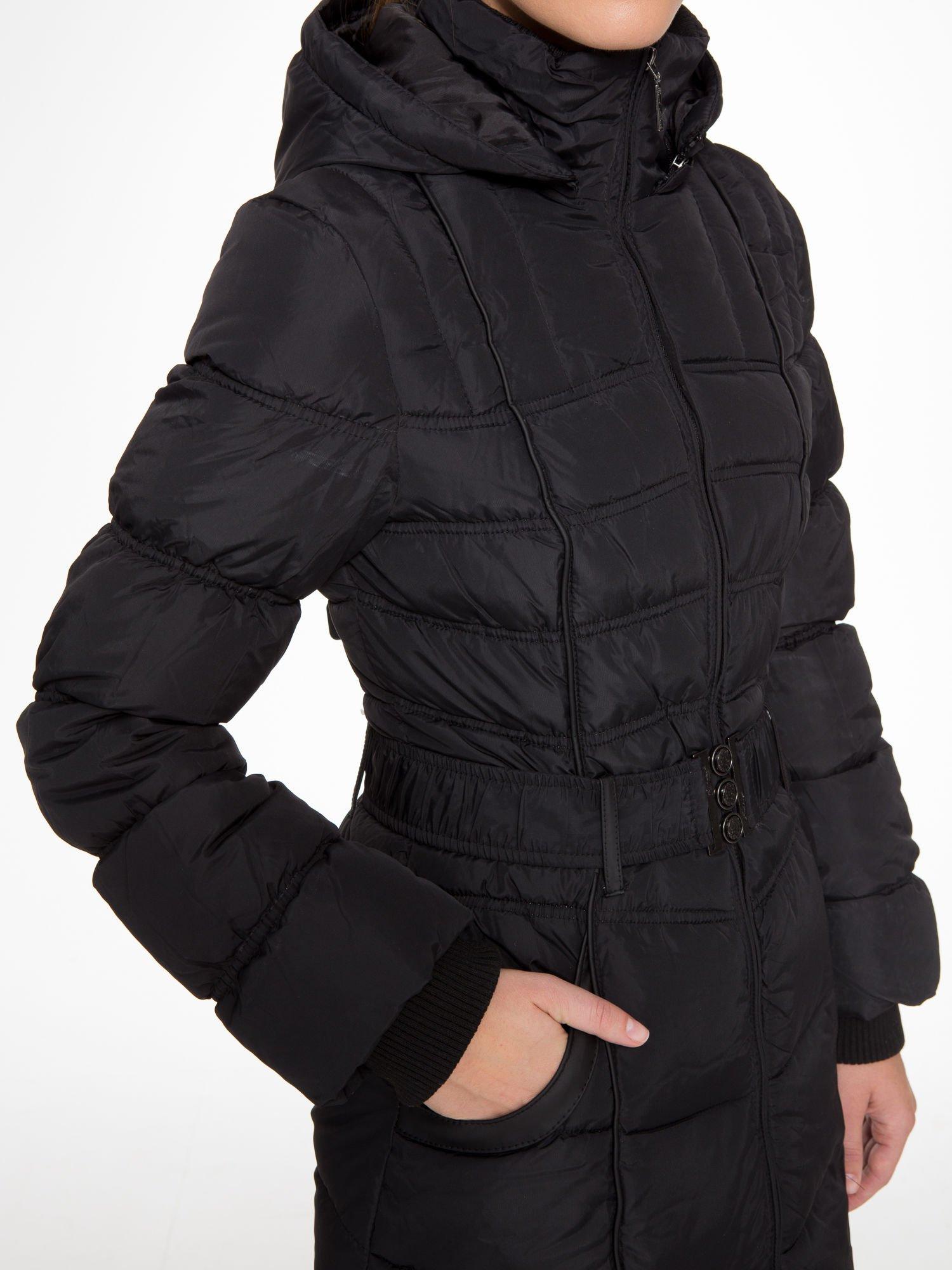 Czarny puchowy płaszcz zapinany na pasek z klamrą                                  zdj.                                  8