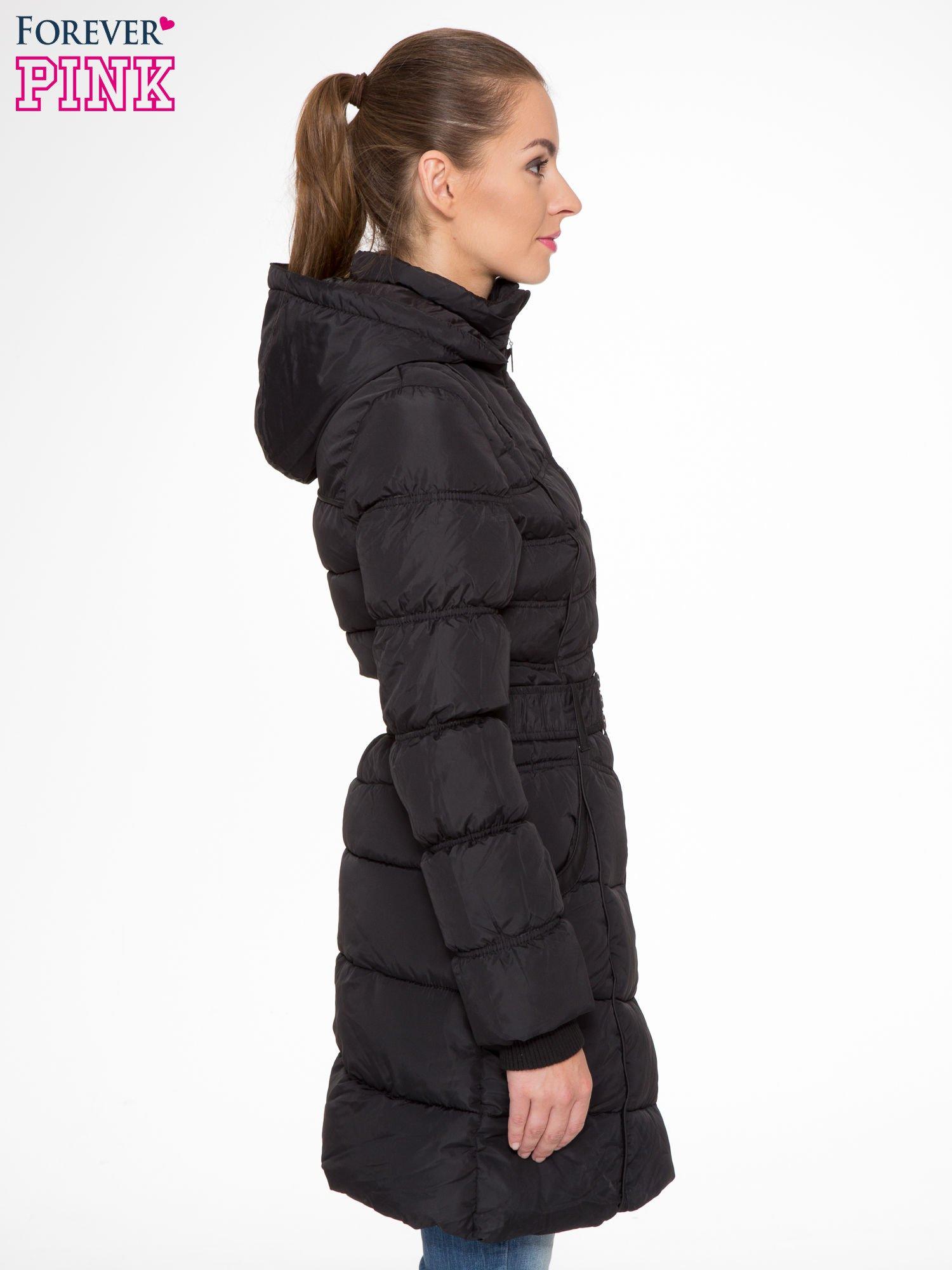 Czarny puchowy płaszcz zapinany na pasek z klamrą                                  zdj.                                  3