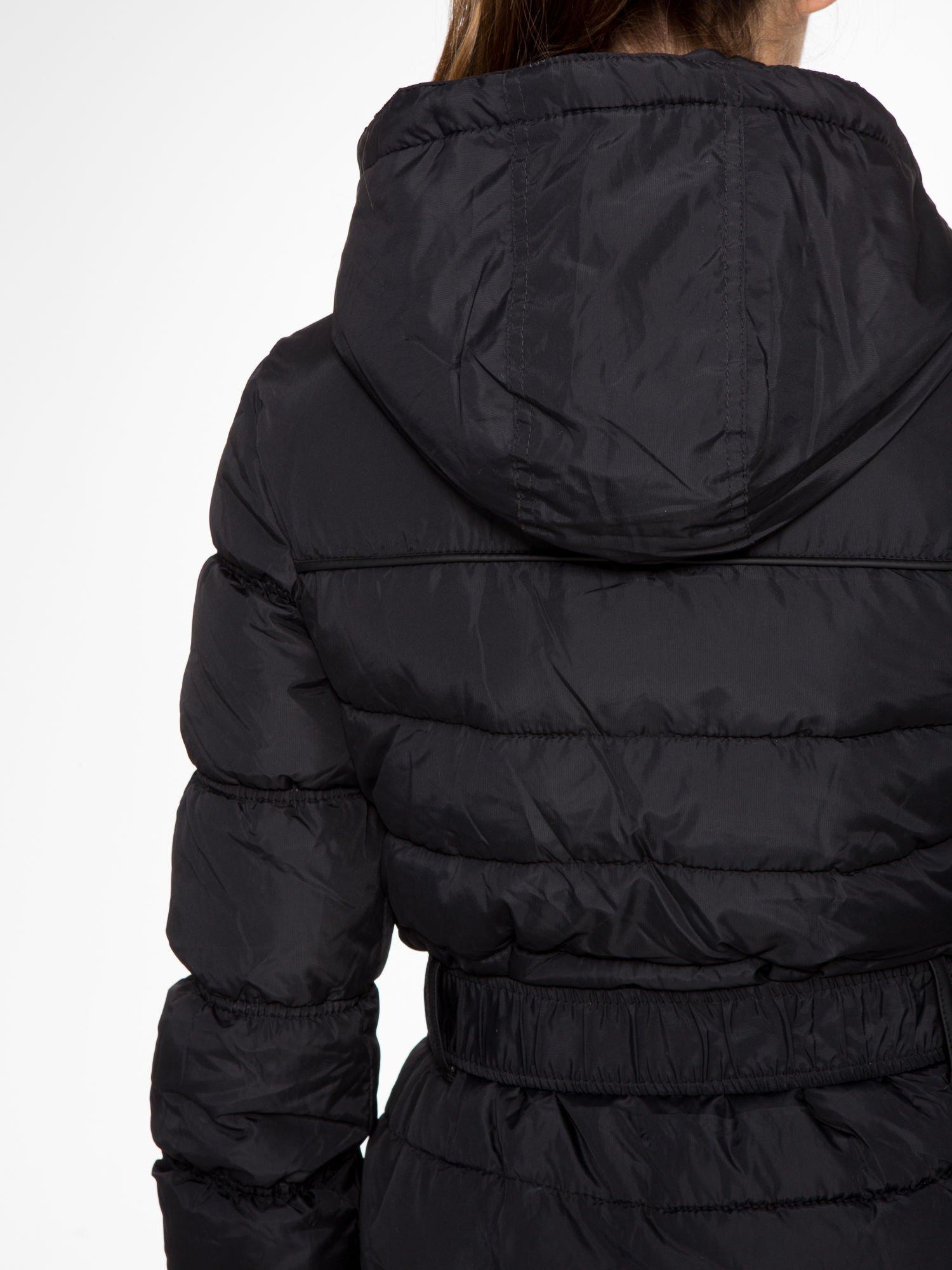 Czarny puchowy płaszcz zapinany na pasek z klamrą                                  zdj.                                  9