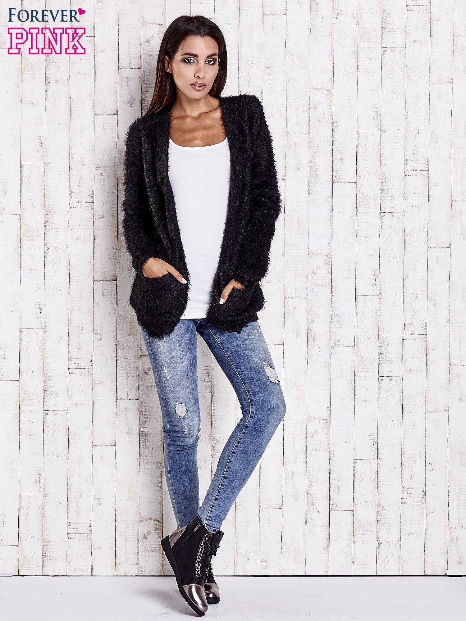 Czarny puszysty sweter z bocznymi kieszeniami                                  zdj.                                  4
