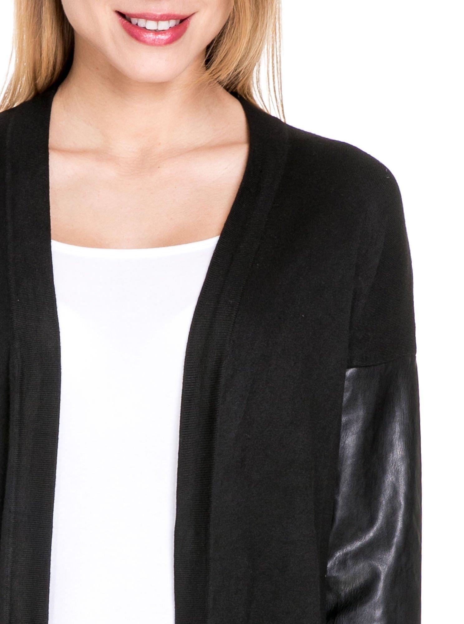 Czarny sweter kardigan ze skórzanym rękawami 3/4                                  zdj.                                  5