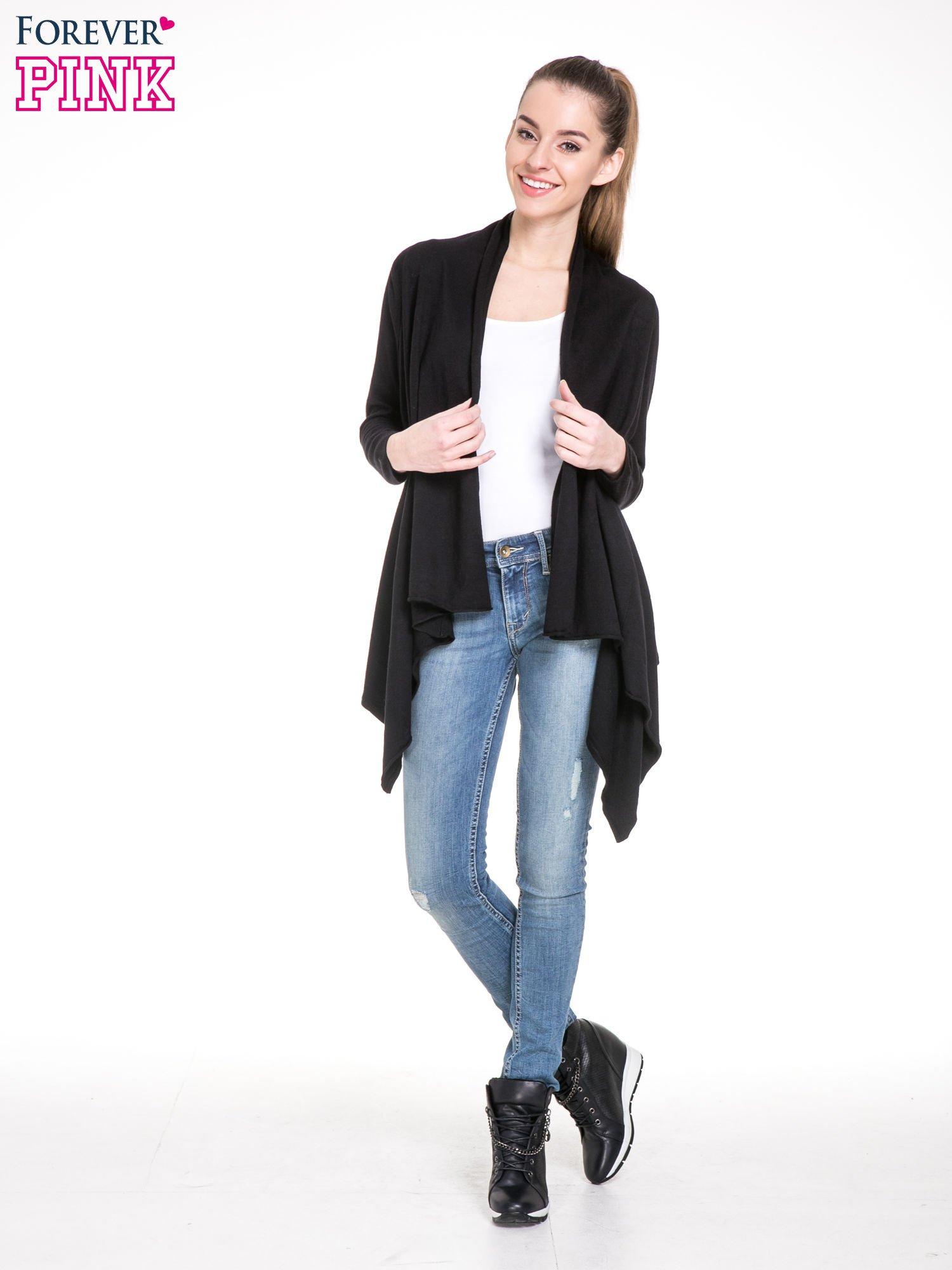 Czarny sweter narzutka z kaskadowymi bokami                                  zdj.                                  2
