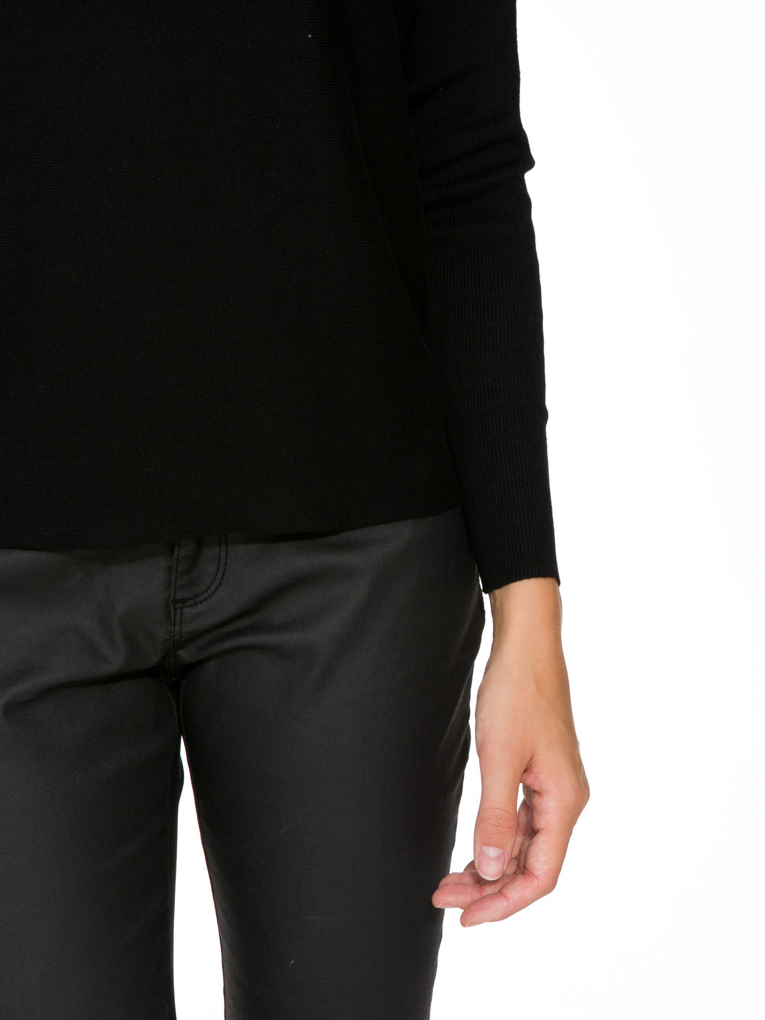 Czarny sweter o nietoperzowym kroju z cekinową aplikacją na rękawach                                  zdj.                                  7