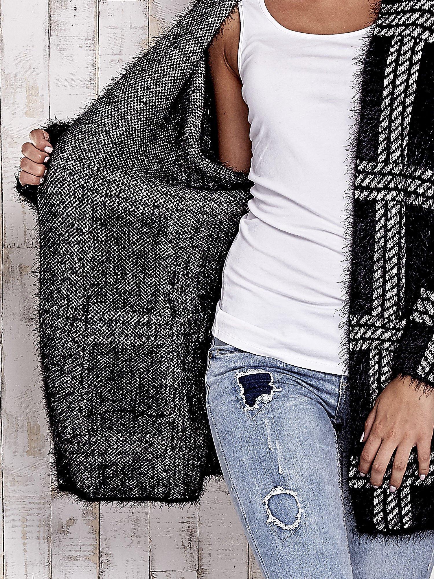 Czarny sweter w kratę z kieszeniami                                  zdj.                                  5