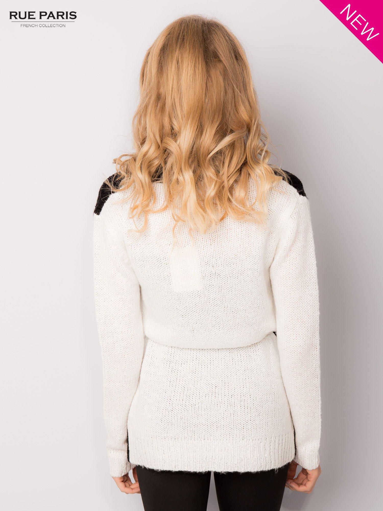 Czarny sweter z kontrastowymi rękawami i paskiem                                  zdj.                                  2
