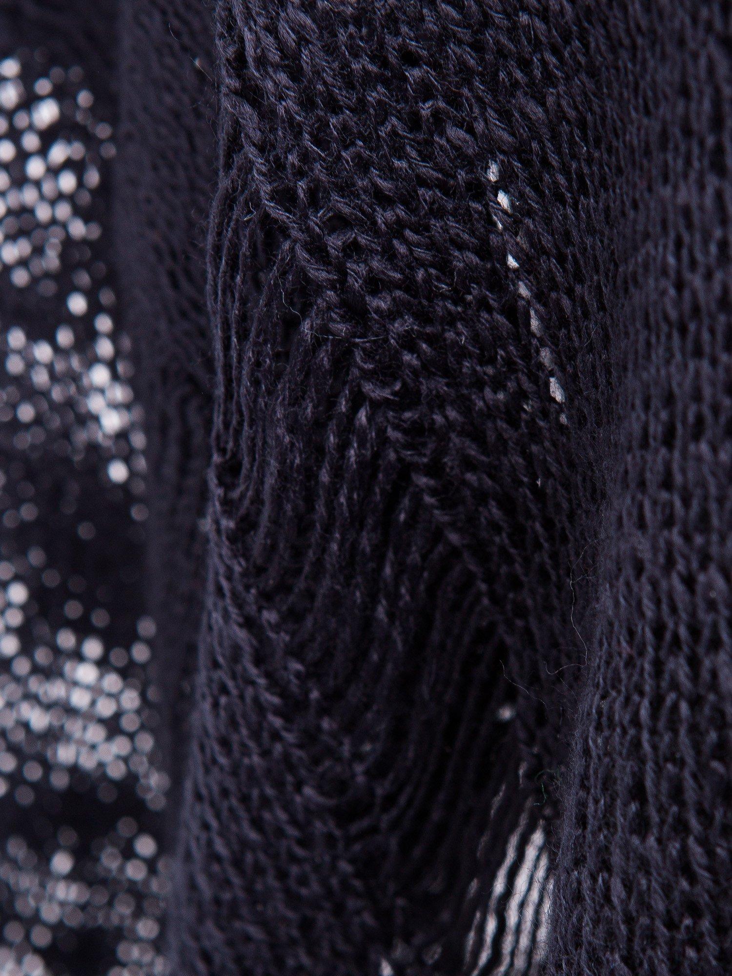 Czarny sweter z nadrukiem i efektem destroyed                                   zdj.                                  8