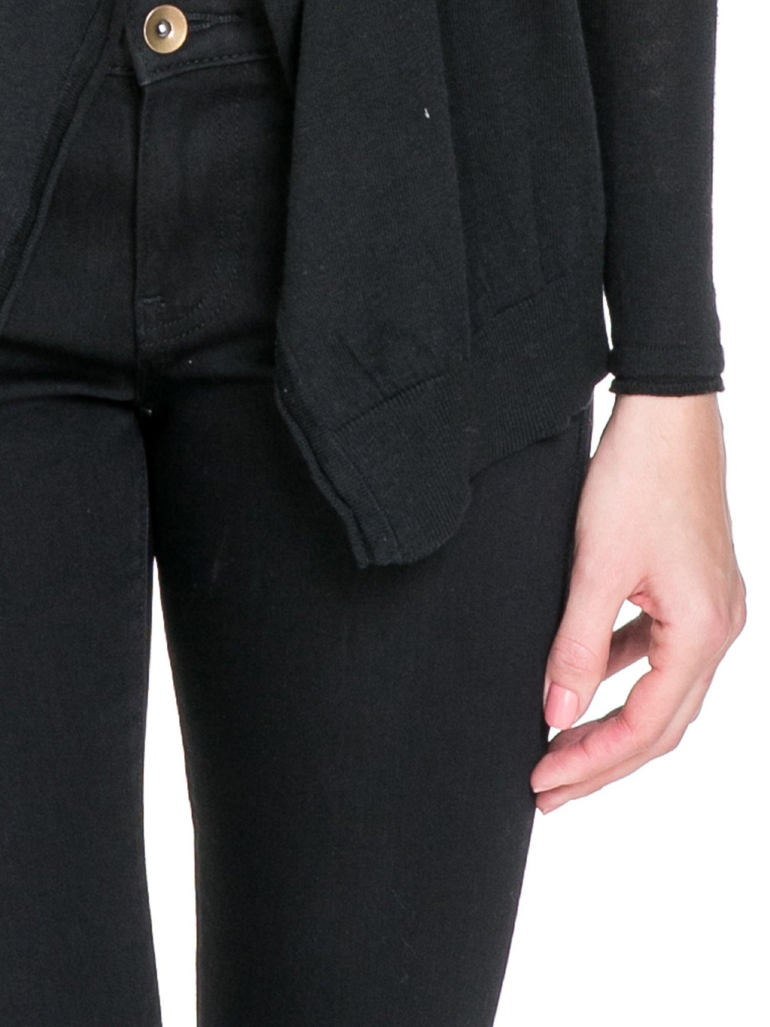 Czarny sweterek kardigan o kaskadowym fasonie                                  zdj.                                  6