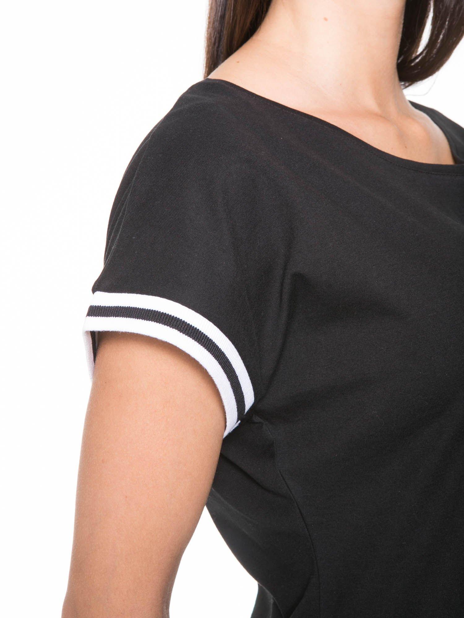 Czarny t-shirt damski ze sportową lamówką                                   zdj.                                  7