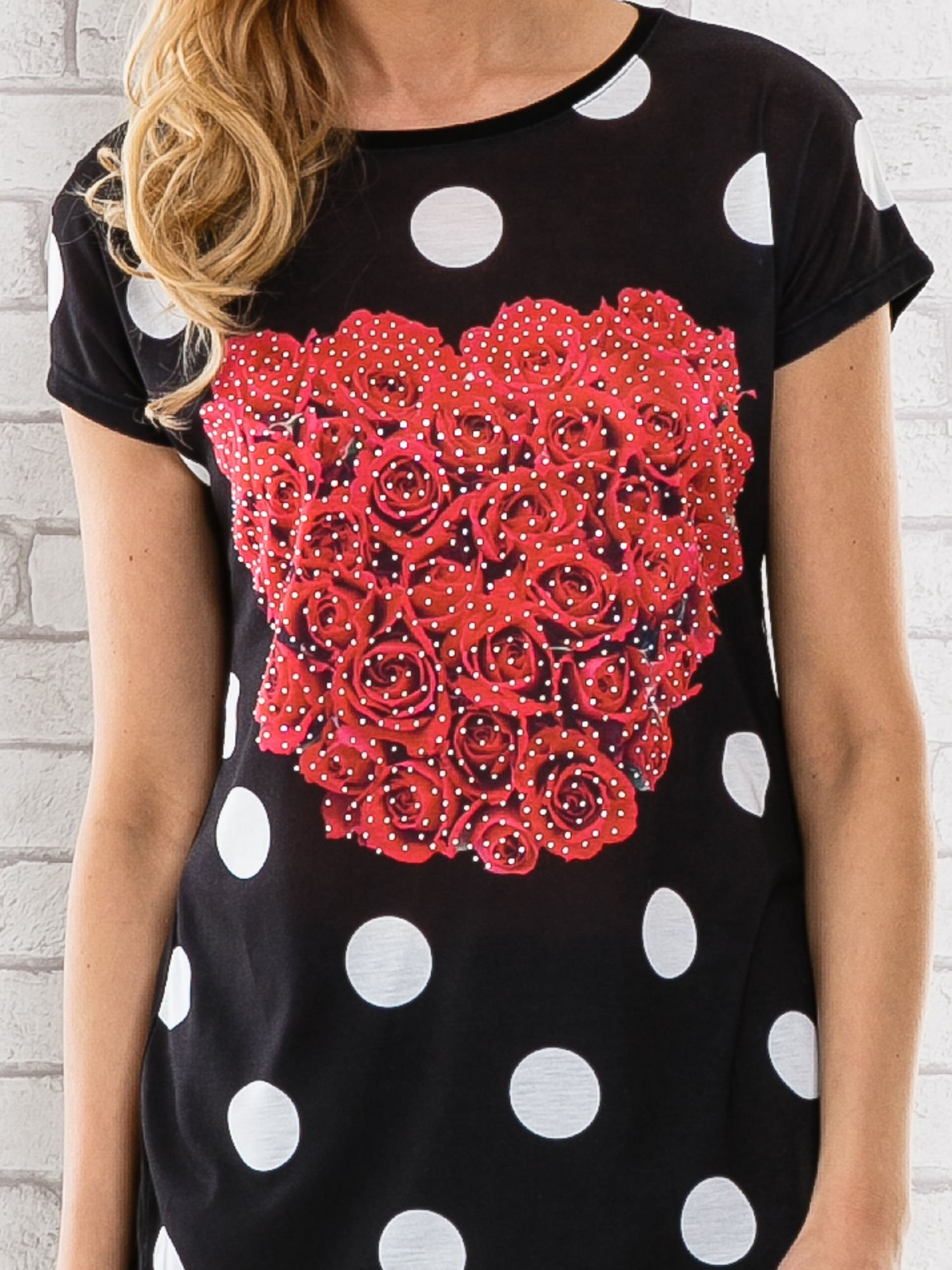 Czarny t-shirt w grochy z motywem kwiatowym                                  zdj.                                  5