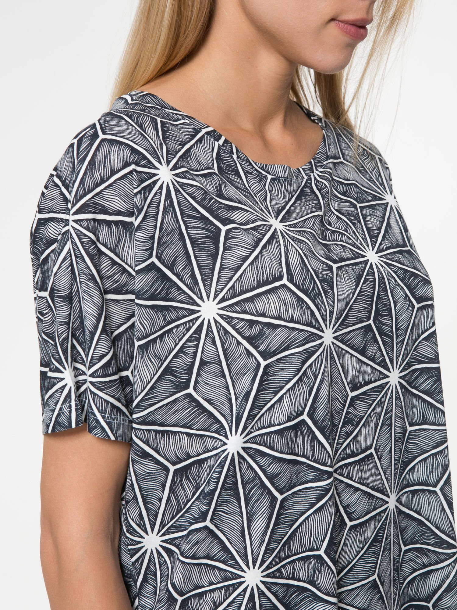 Czarny t-shirt z geometrycznym nadrukiem roślinnym                                  zdj.                                  8