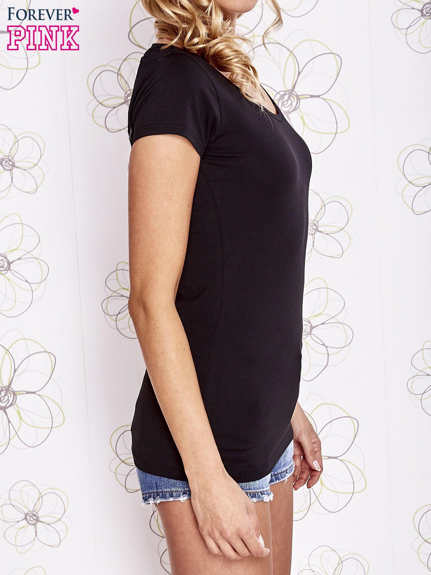 Czarny t-shirt z kieszonką i koronkowym tyłem                                  zdj.                                  3