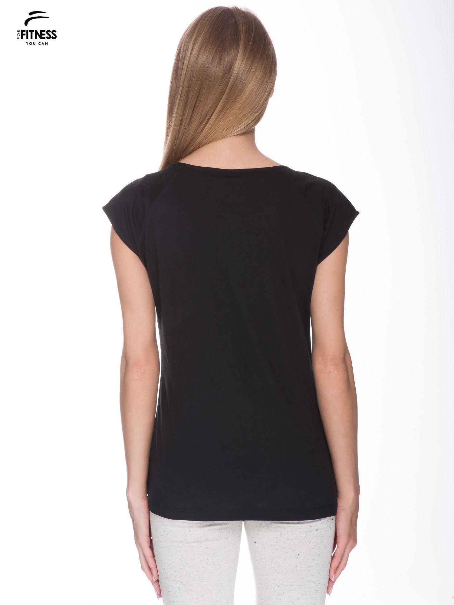 Czarny t-shirt z kontrastowym przeszyciem przy rękawach                                  zdj.                                  4