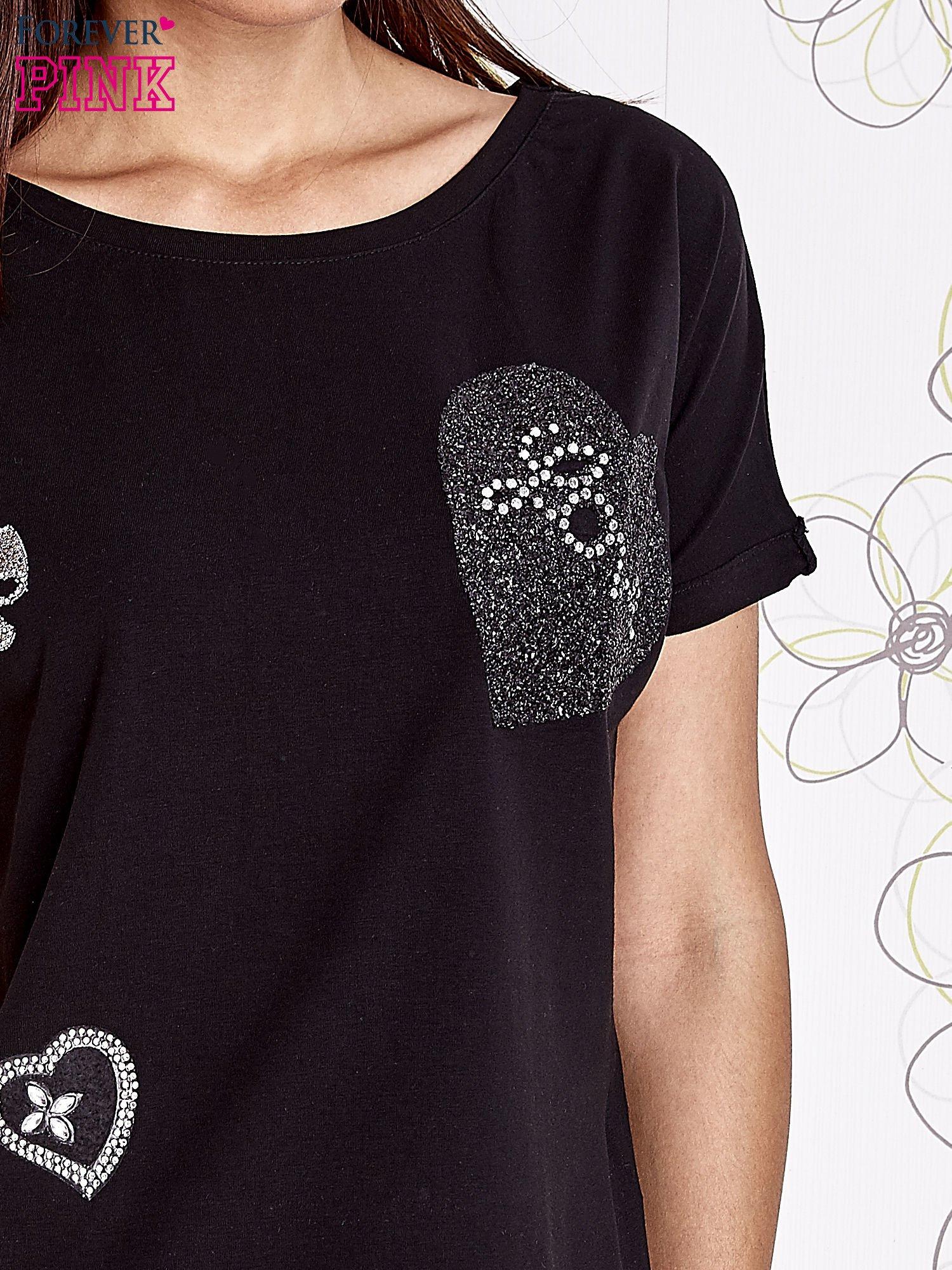 Czarny t-shirt z motywem serca i kokardki                                  zdj.                                  4