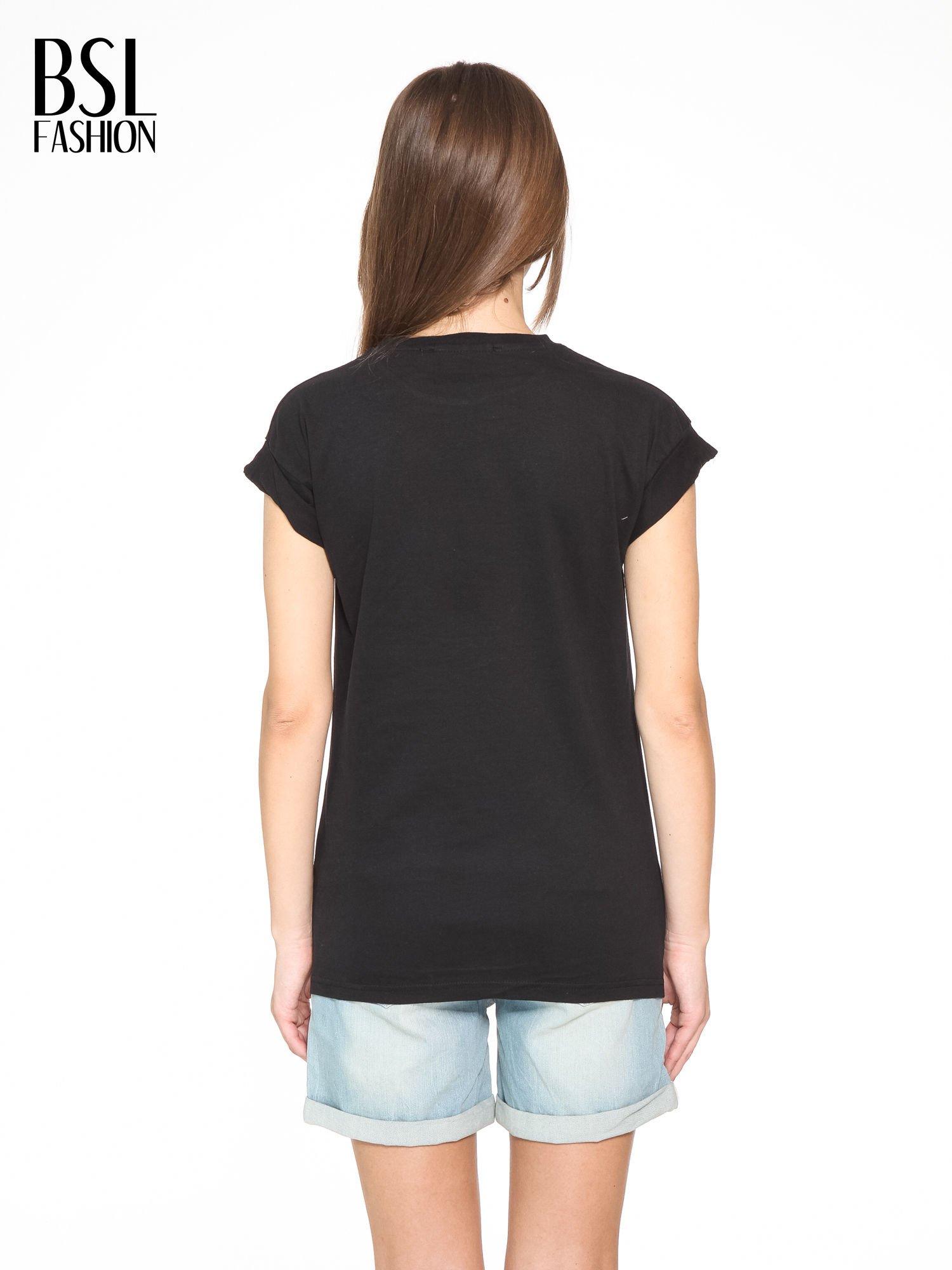 Czarny t-shirt z nadrukiem DOLLYWOOD                                  zdj.                                  4
