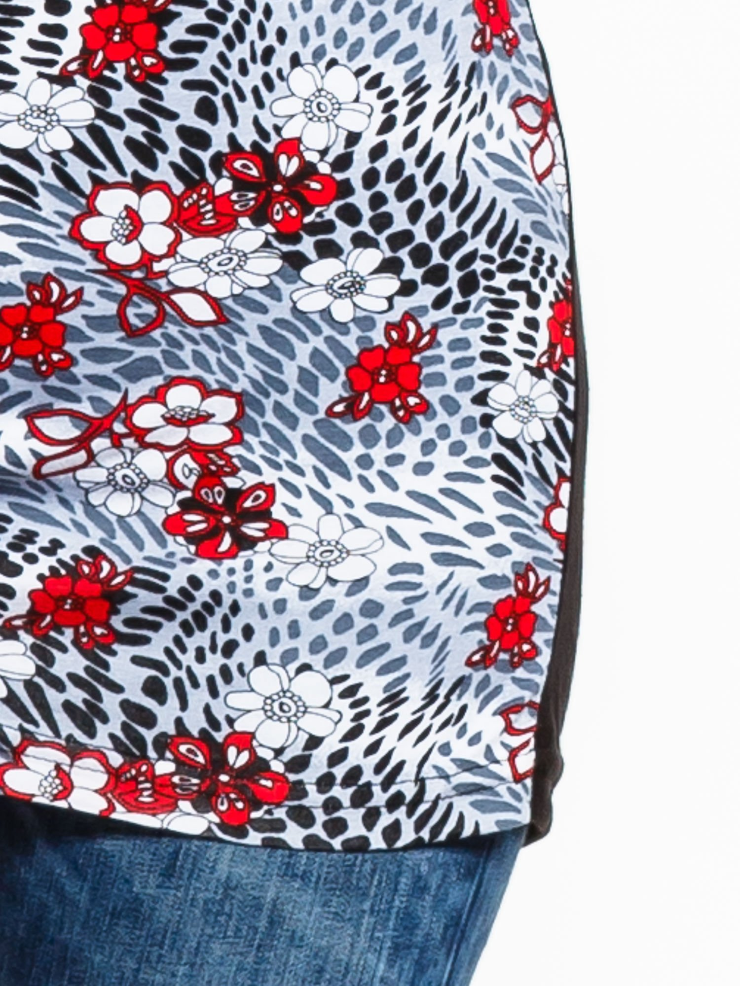 Czarny t-shirt z nadrukiem czerwonych kwiatów                                  zdj.                                  6