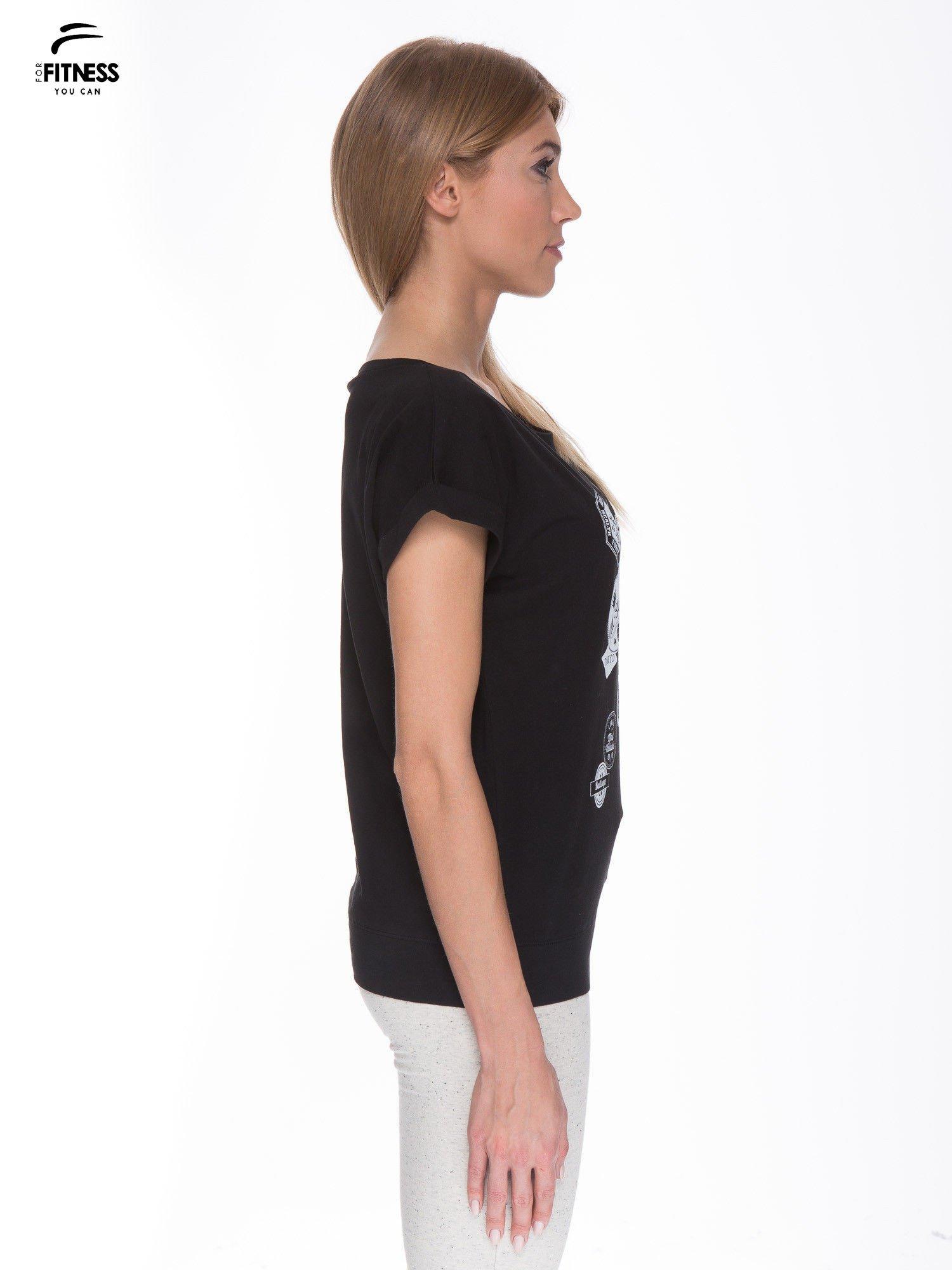 Czarny t-shirt z nadrukiem naszywek                                  zdj.                                  3