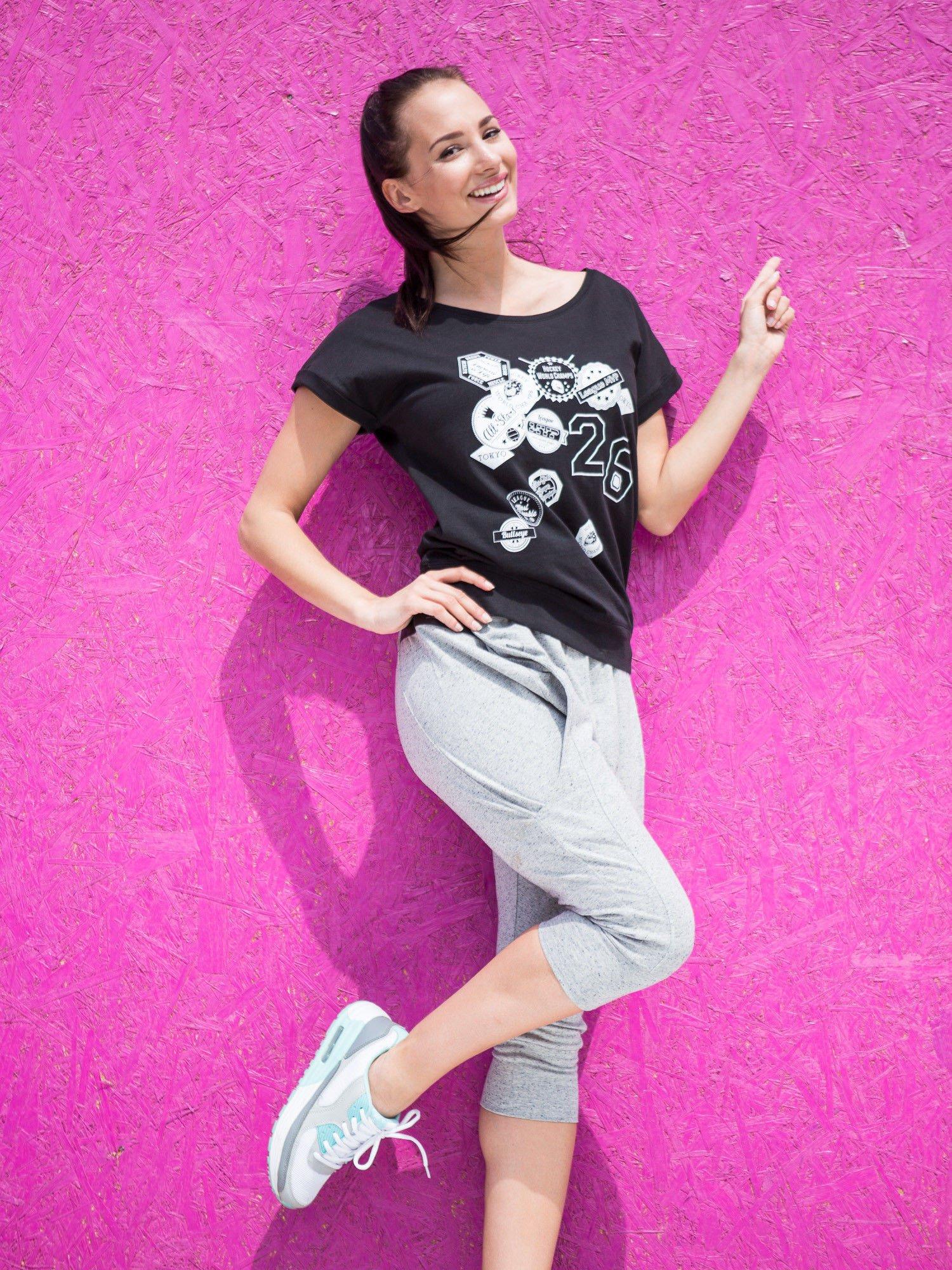 Czarny t-shirt z nadrukiem naszywek                                  zdj.                                  5