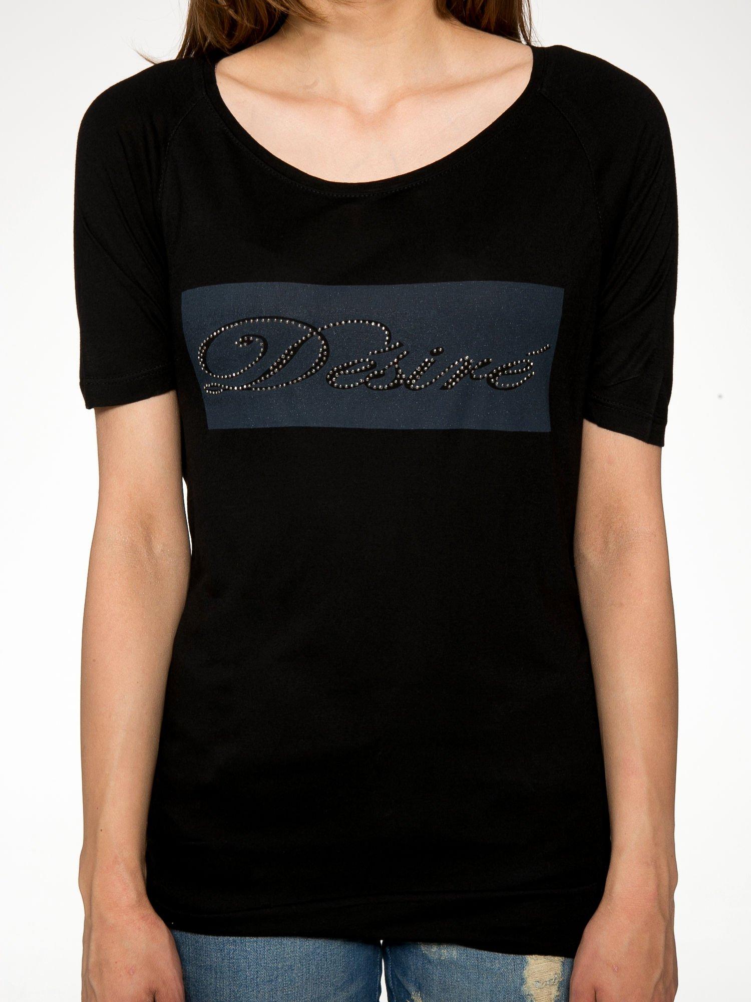 Czarny t-shirt z napisem DÉSIRÉ z dżetami                                  zdj.                                  7
