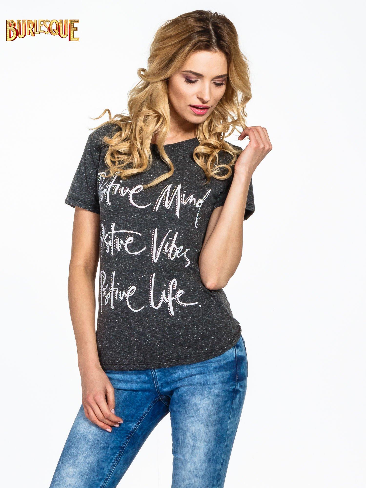 Czarny t-shirt z napisem POSITIVE MIND z dżetami                                  zdj.                                  1