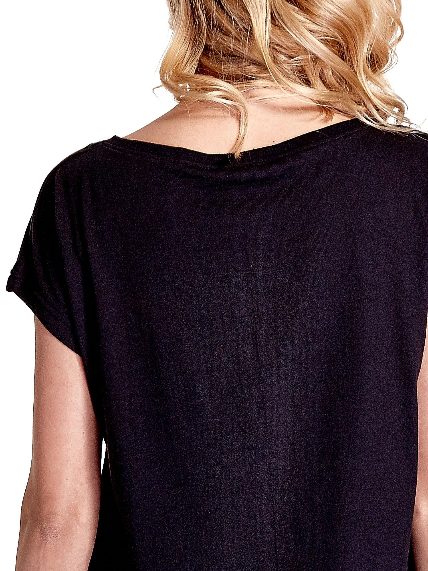 Czarny t-shirt z napisem WASZA WYSOKOŚĆ                                  zdj.                                  6