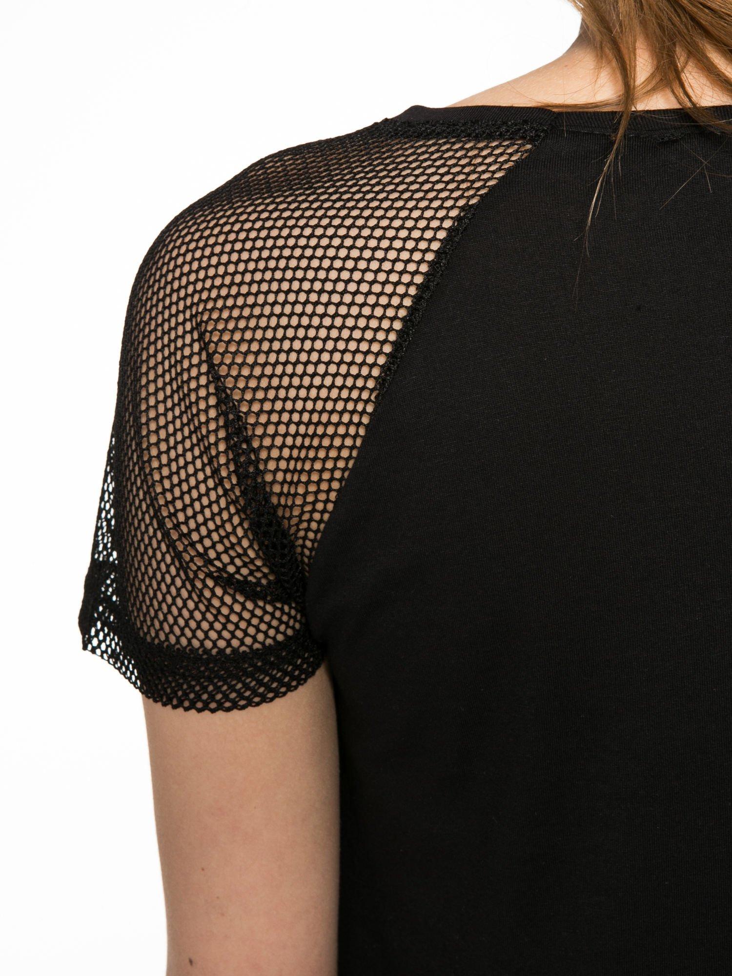 Czarny t-shirt z napisem i siateczkowymi rękawami                                  zdj.                                  10