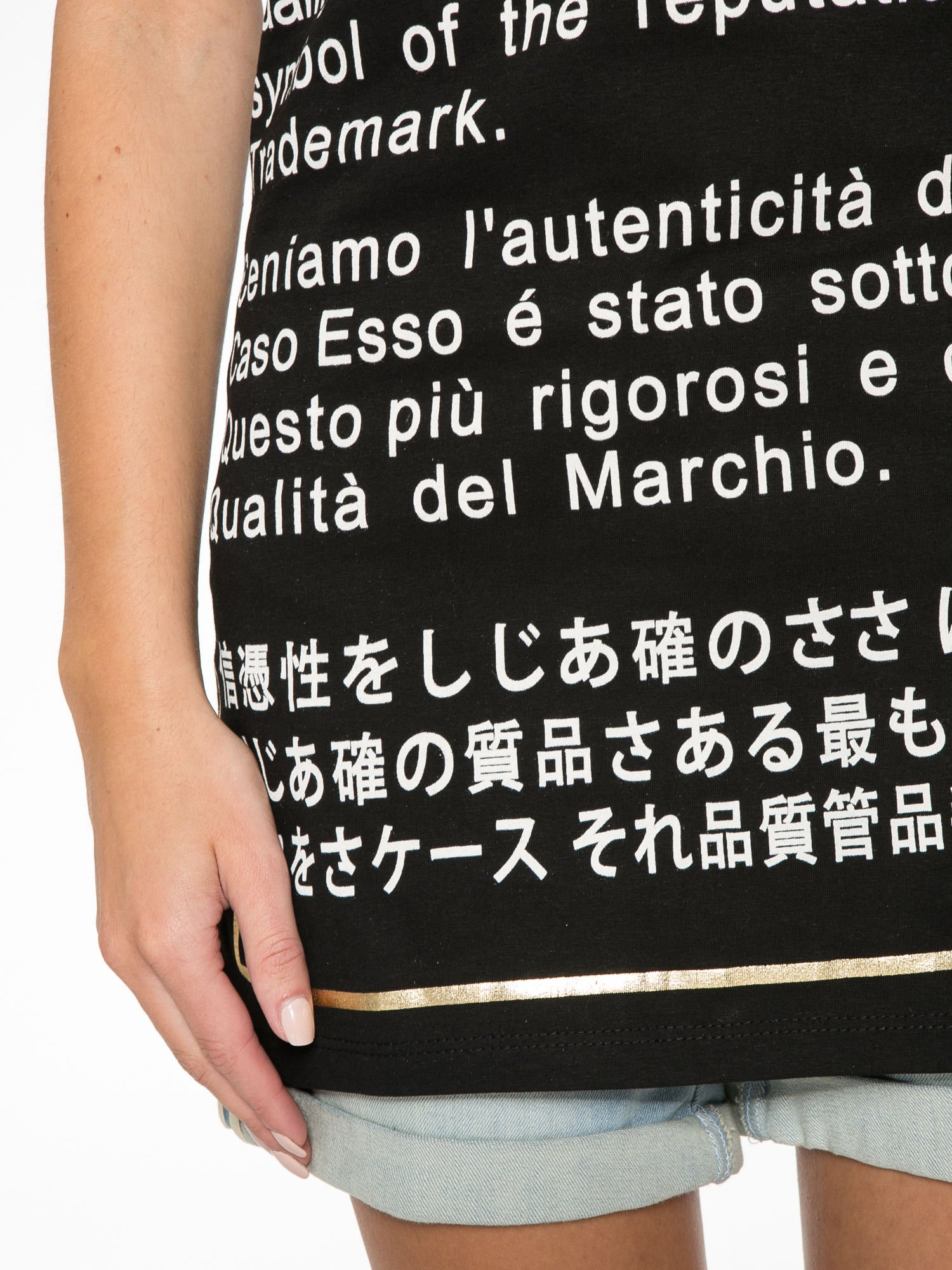 Czarny t-shirt z tekstowym nadrukiem i znakami chińskimi                                  zdj.                                  10
