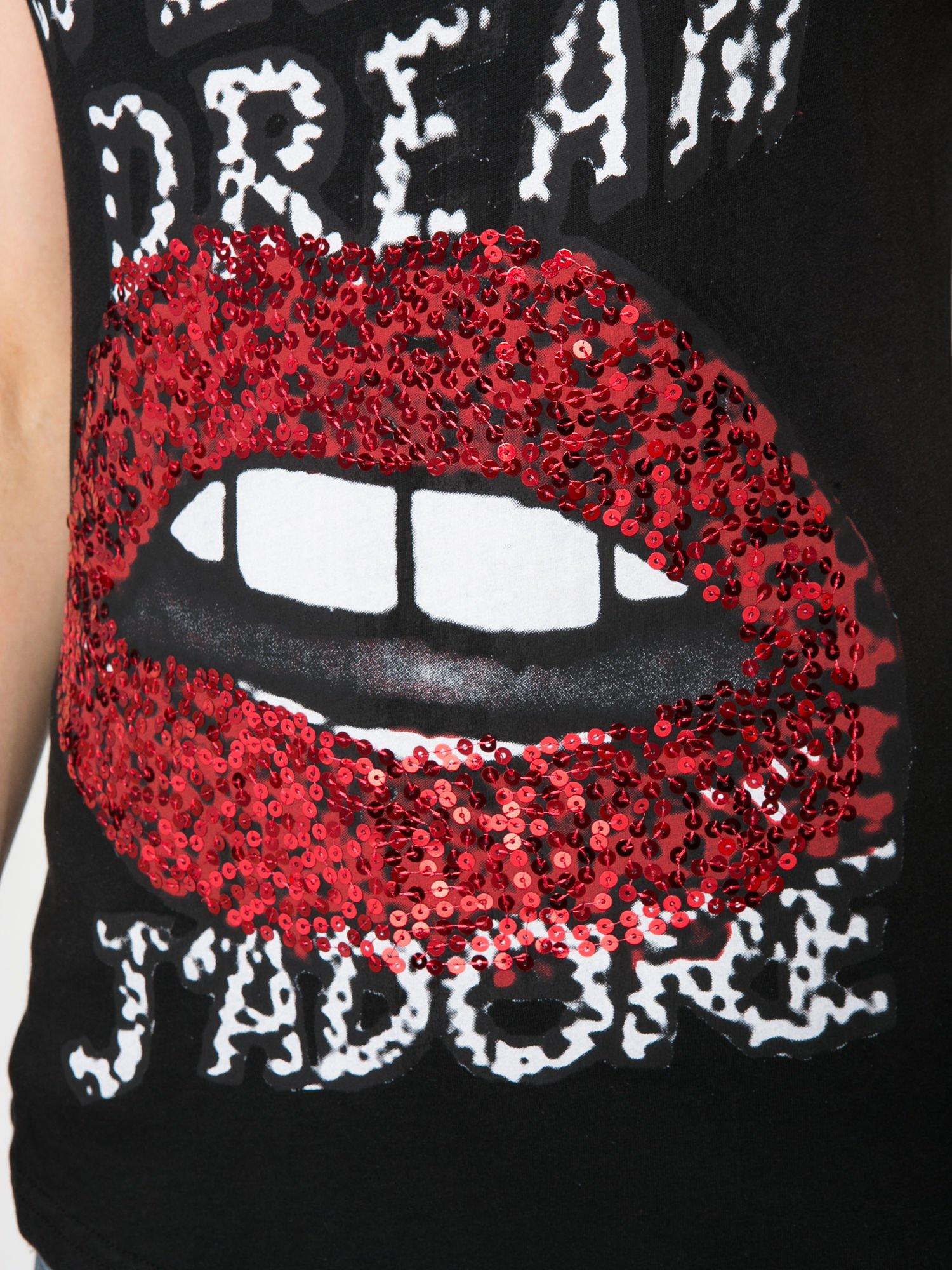 Czarny t-shirt z ustami z cekinów i rękawami z siateczki                                  zdj.                                  8