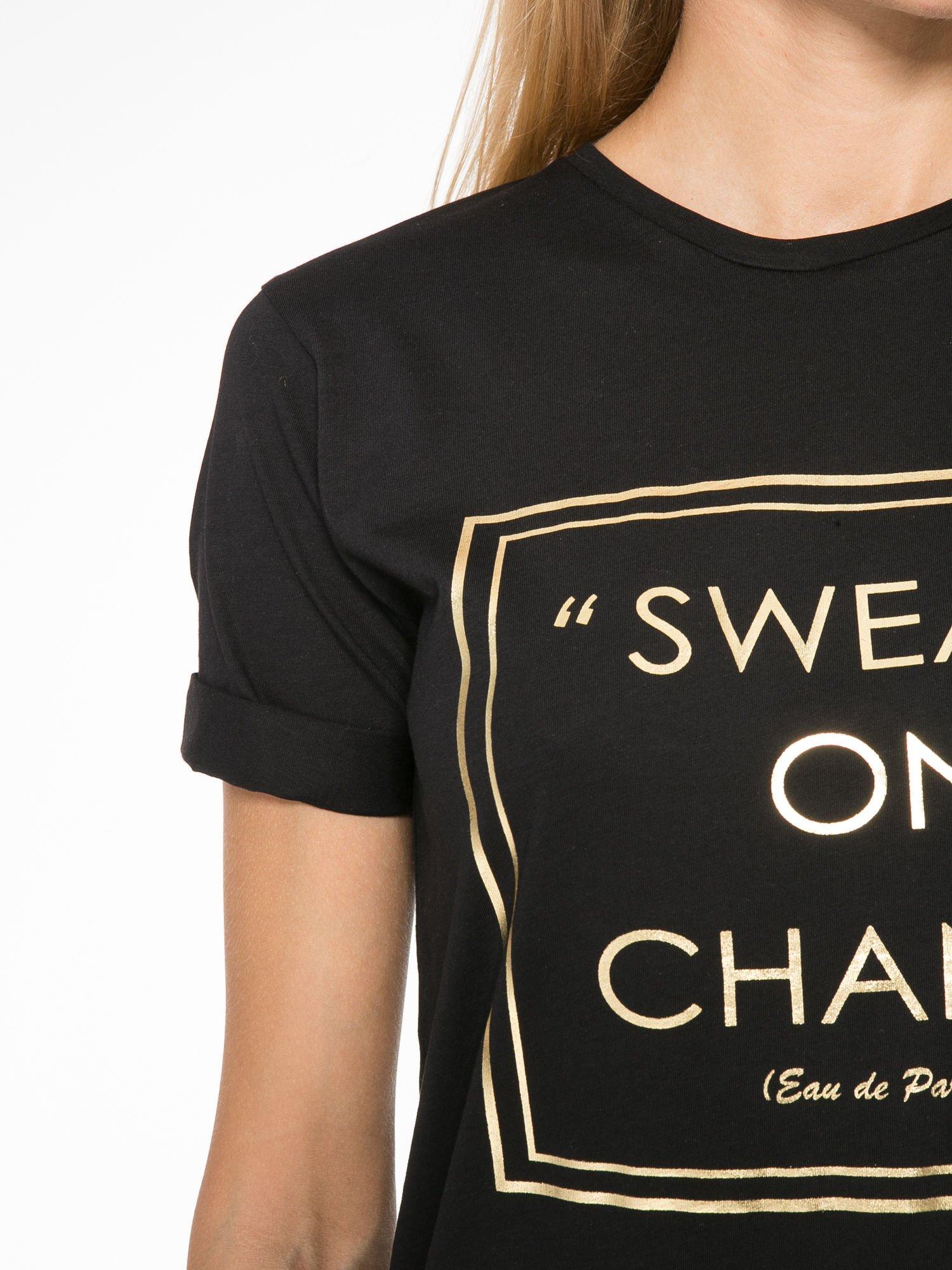 Czarny t-shirt ze złotym napisem SWEAR ON CHANEL                                  zdj.                                  7
