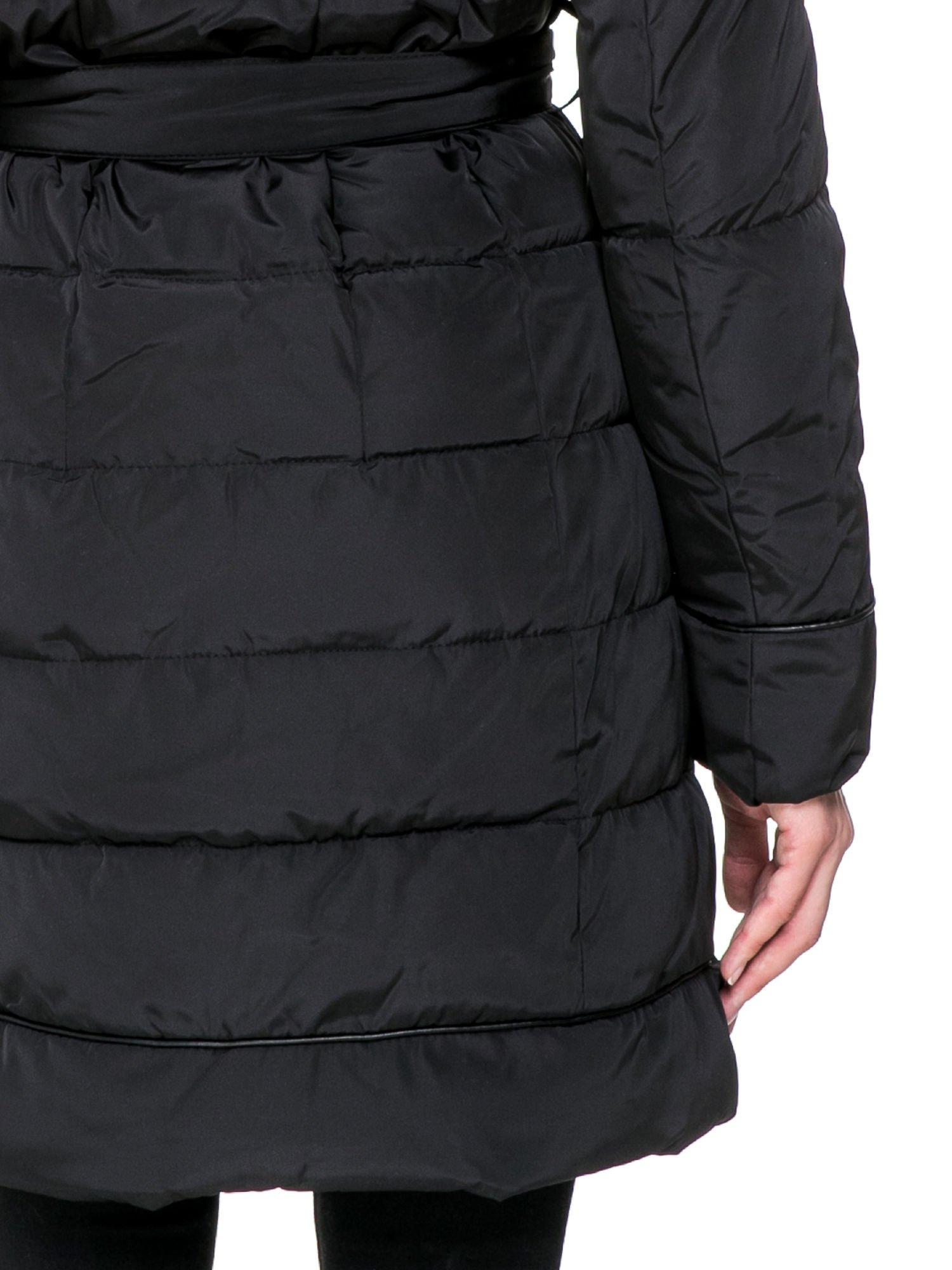Czarny taliowany płaszcz puchowy z kapturem z futerkiem                                  zdj.                                  9