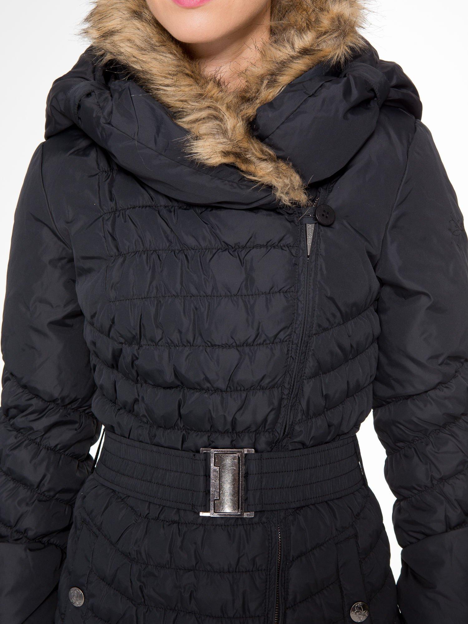 Czarny taliowany puchowy płaszcz z futrzanym kapturo-kołnierzem                                  zdj.                                  6