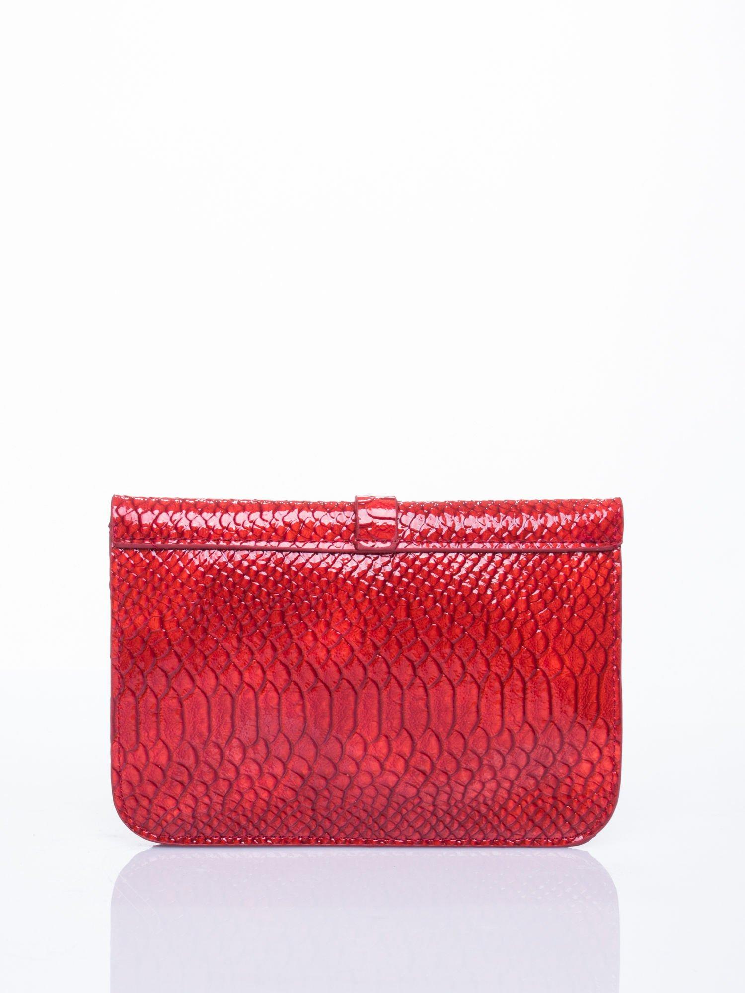 965e81ff33ede Czerwona kopertówka z motywem skóry krokodyla - Akcesoria torba ...