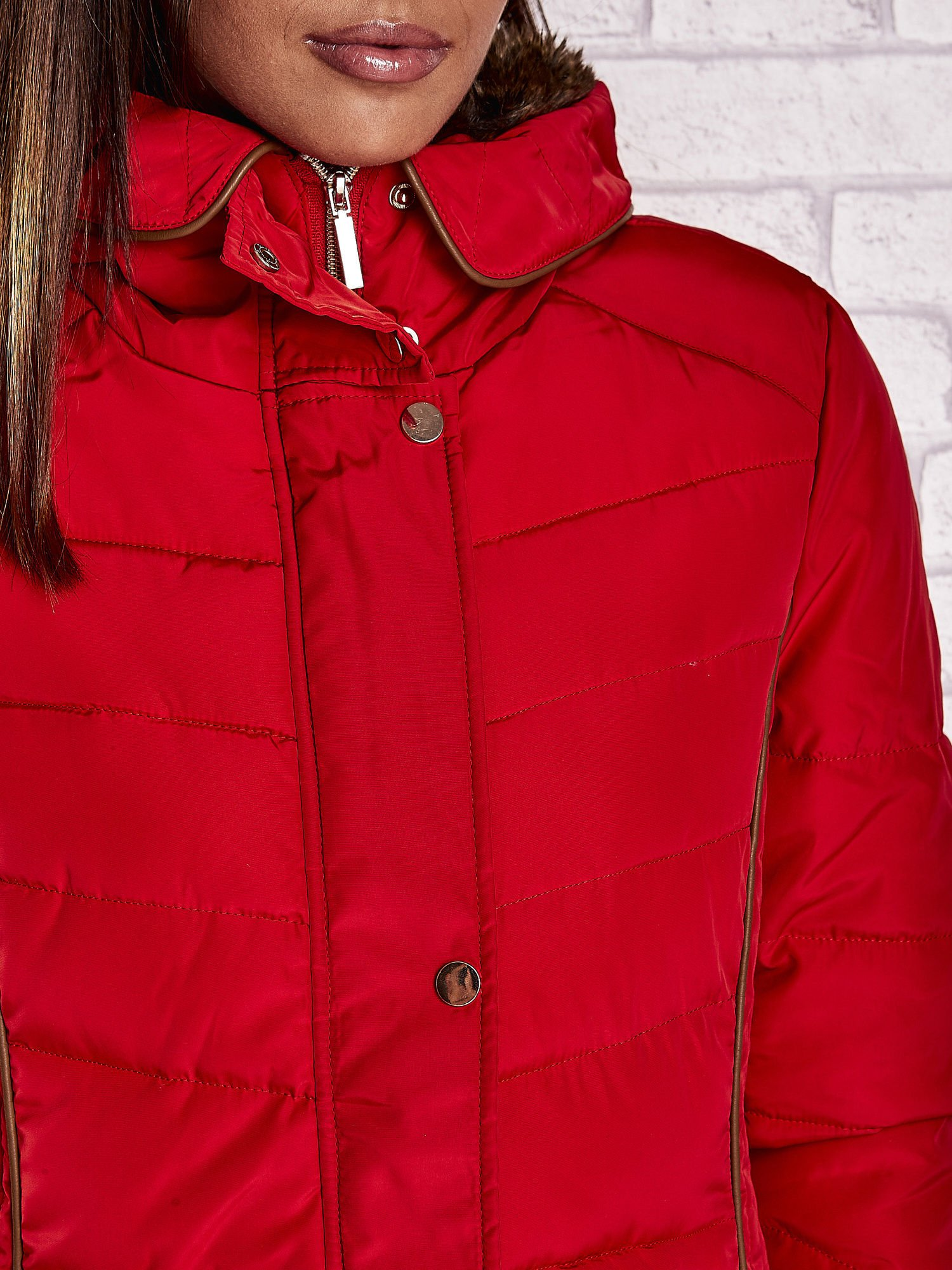 Czerwona kurtka zimowa ze skórzaną lamówką i futrzanym kapturem                                  zdj.                                  7