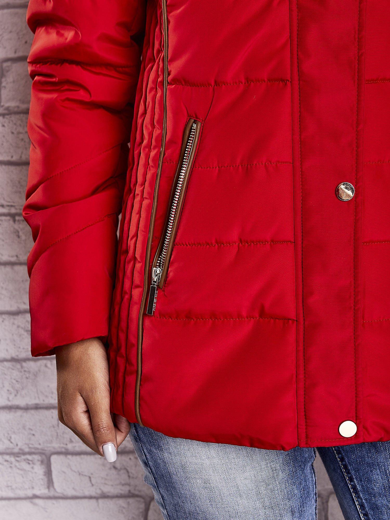 Czerwona kurtka zimowa ze skórzaną lamówką i futrzanym kapturem                                  zdj.                                  8