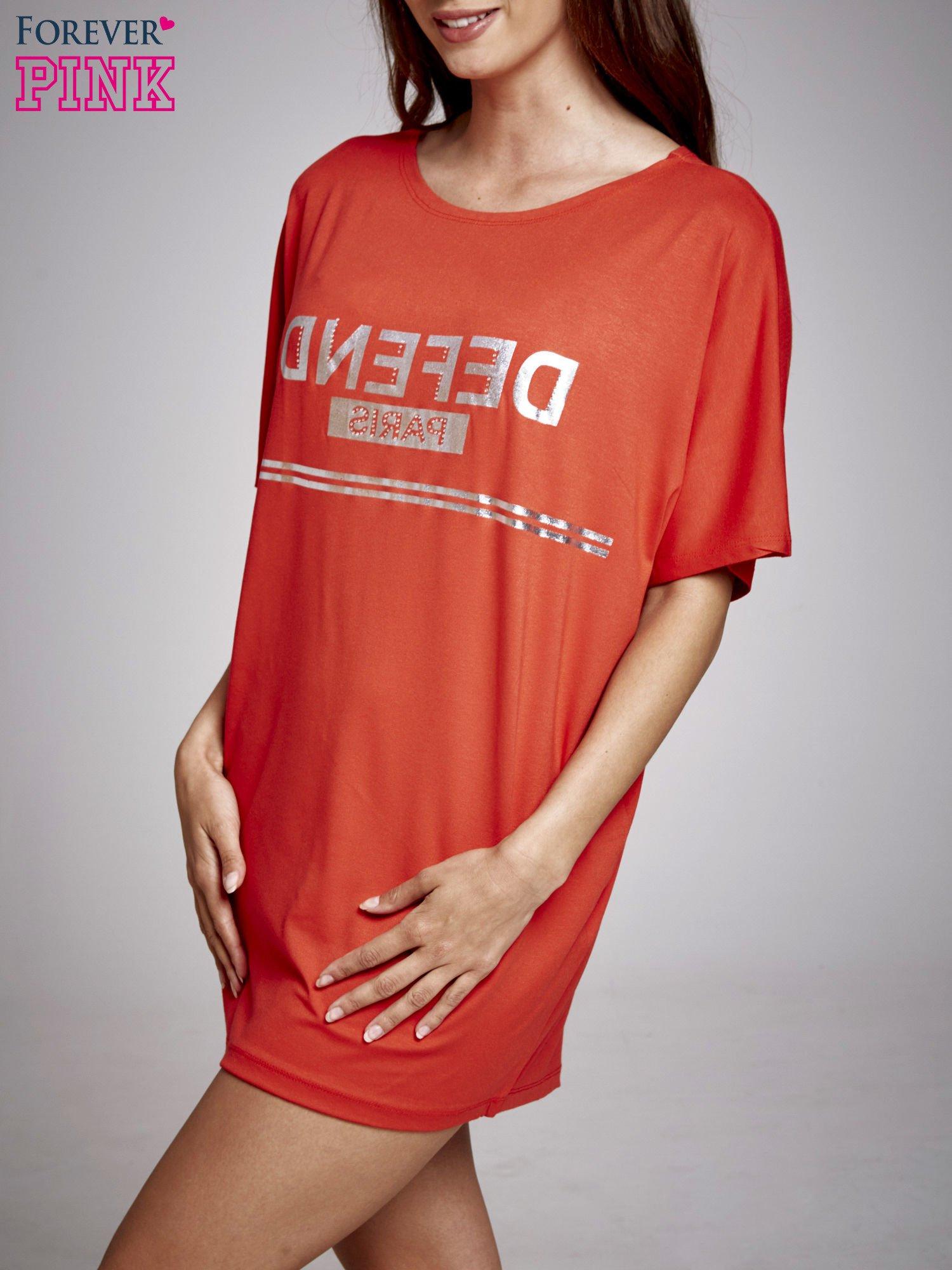 Czerwona sukienka dresowa z napisem DEFEND PARIS                                  zdj.                                  3