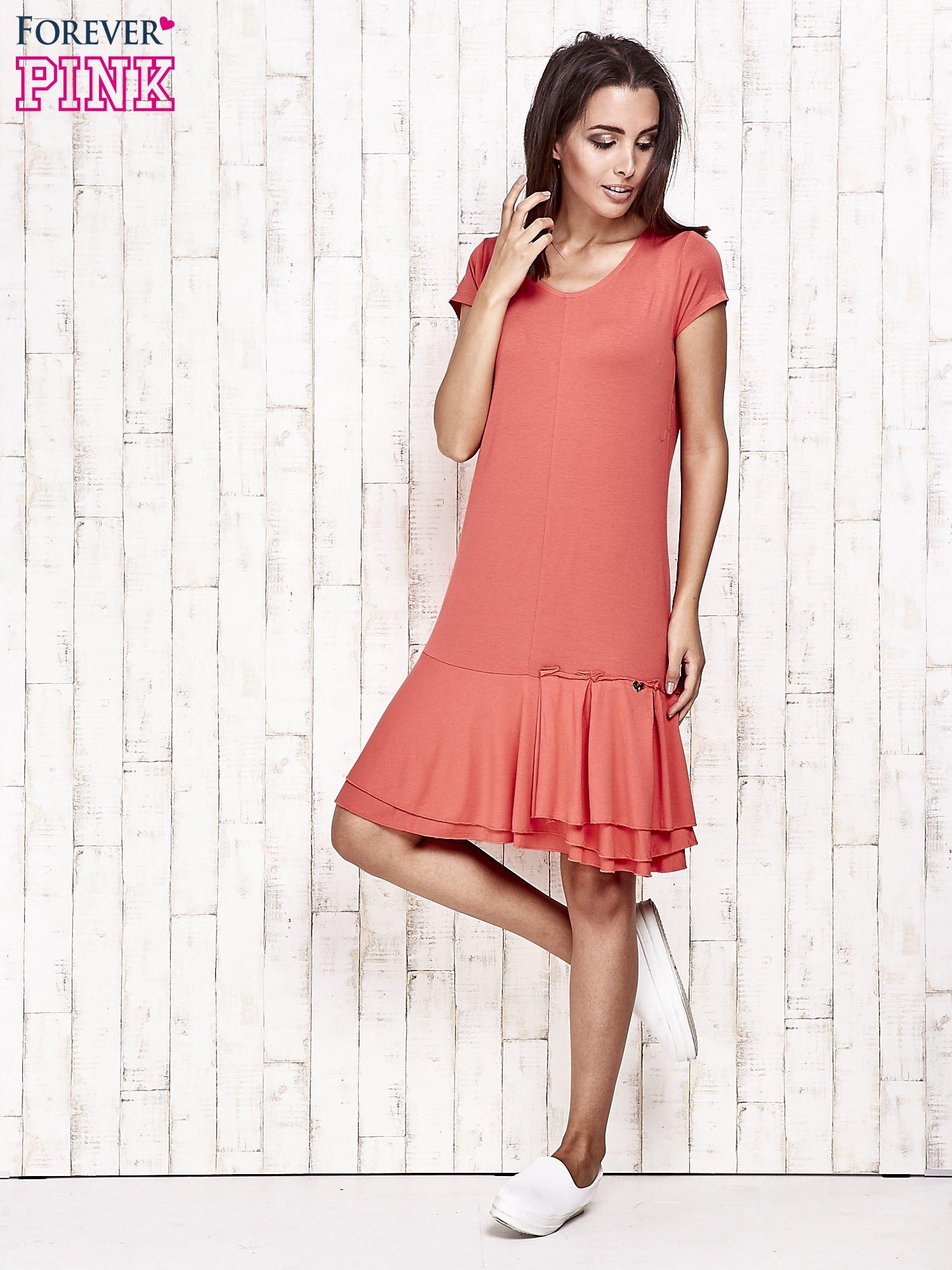 Czerwona sukienka dresowa z ozdobną falbaną                                  zdj.                                  2