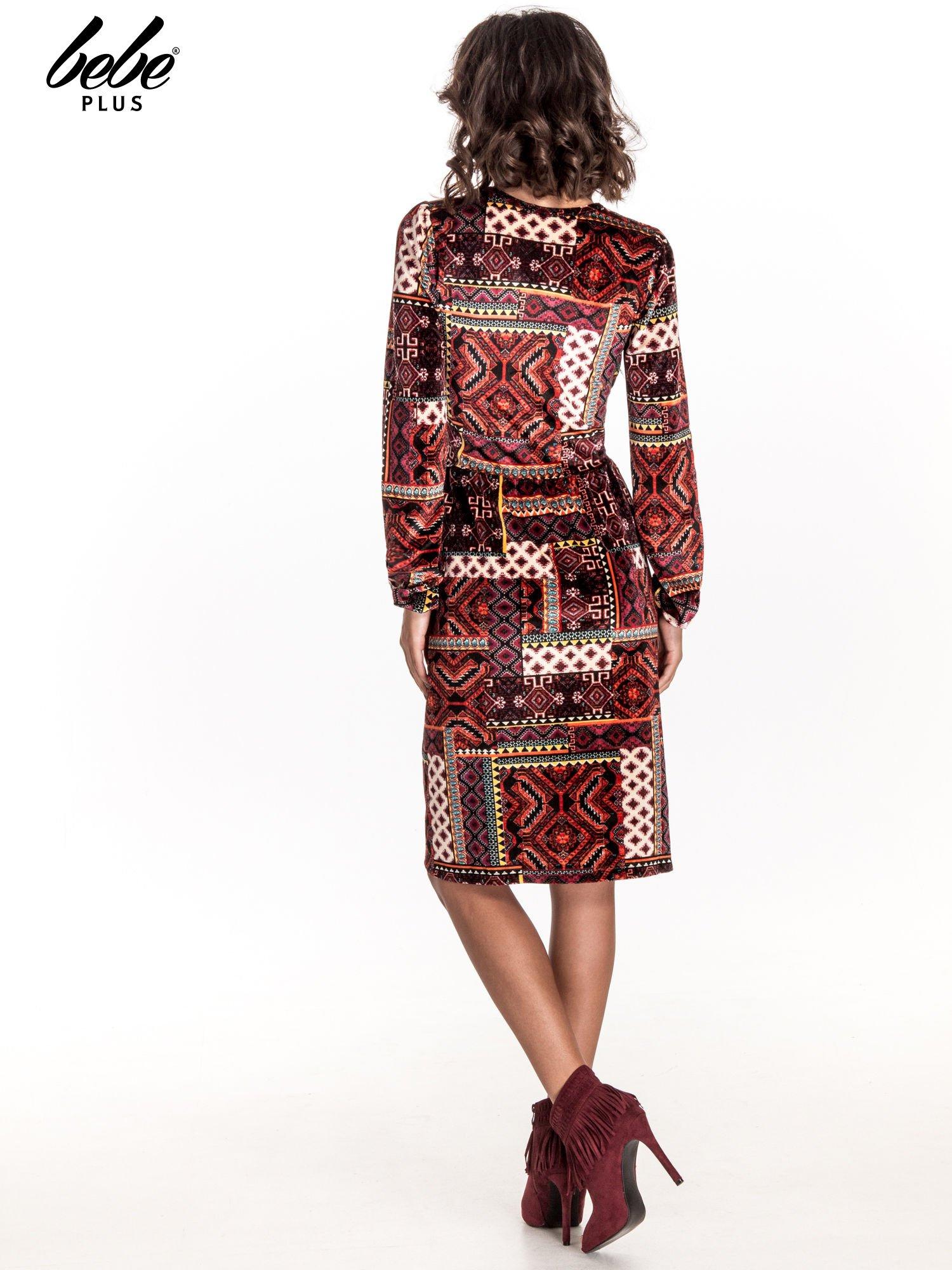Czerwona sukienka midi w patchworkowy wzór                                  zdj.                                  2