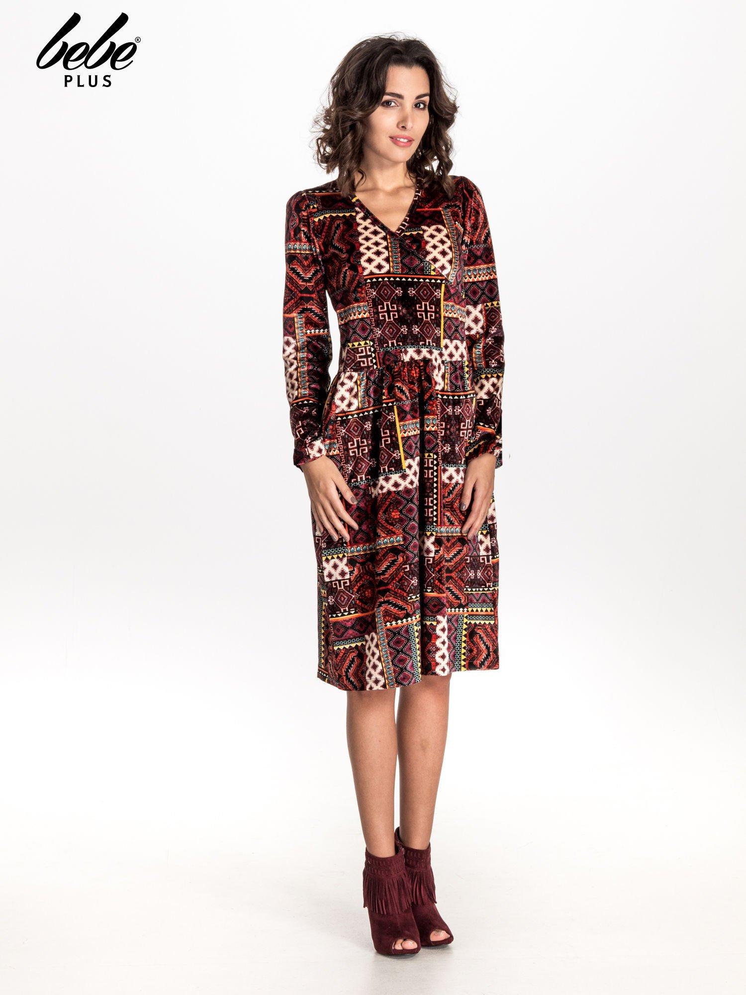 Czerwona sukienka midi w patchworkowy wzór                                  zdj.                                  1
