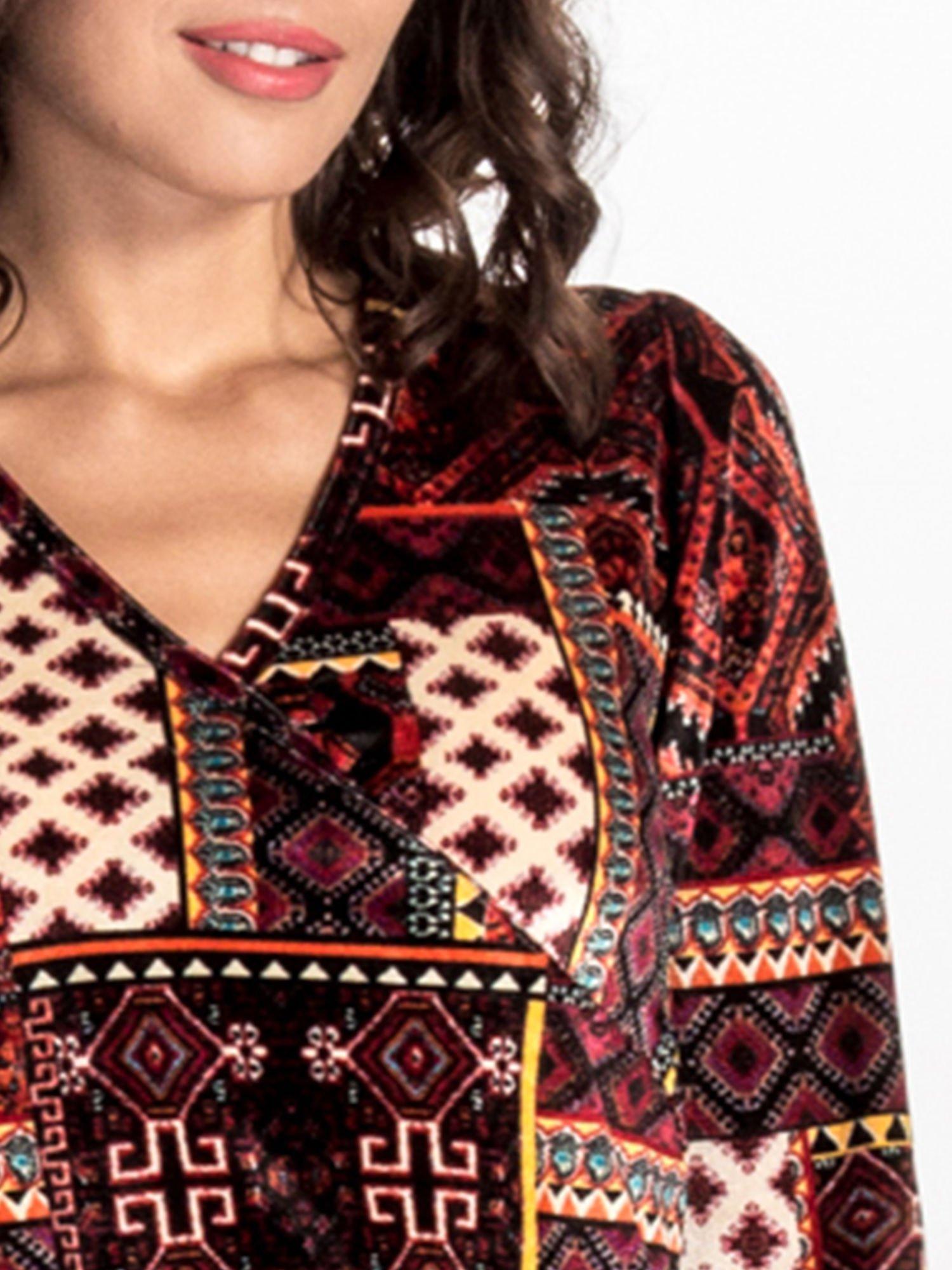 Czerwona sukienka midi w patchworkowy wzór                                  zdj.                                  4