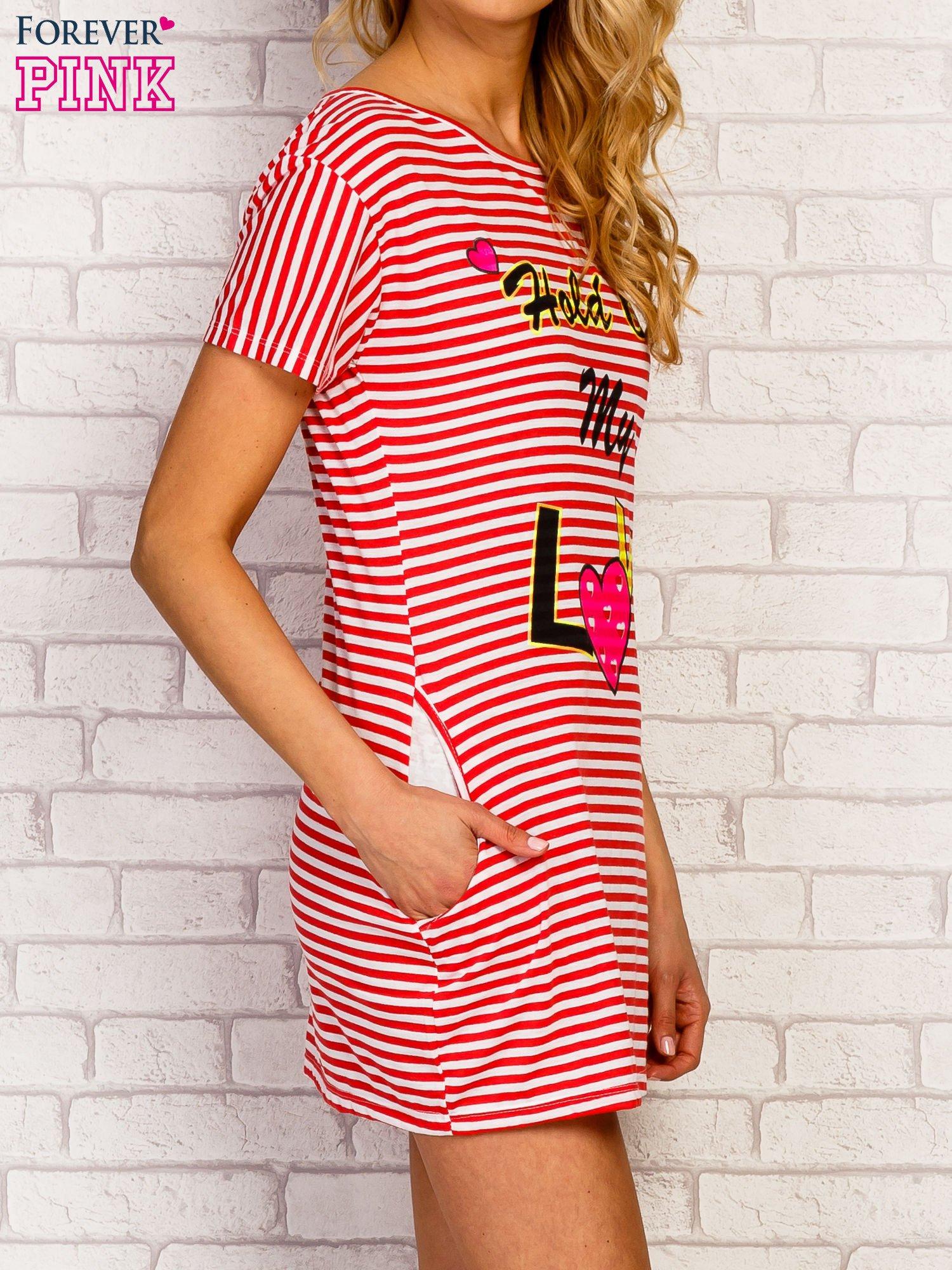 Czerwona sukienka paski z napisem HOLD ON MY LOVE                                   zdj.                                  3