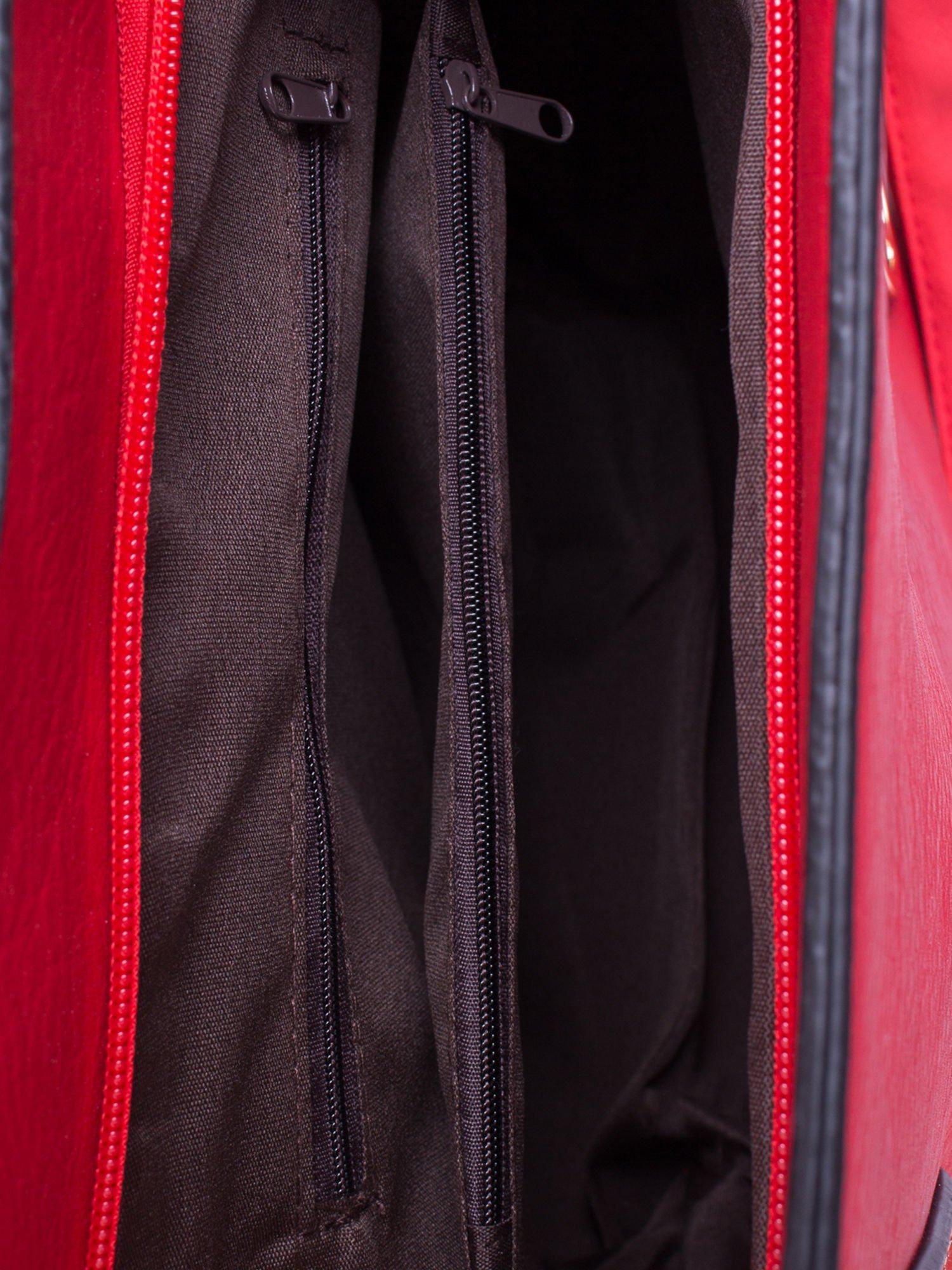 Czerwona torba na ramię ze złotym emblematem                                  zdj.                                  5