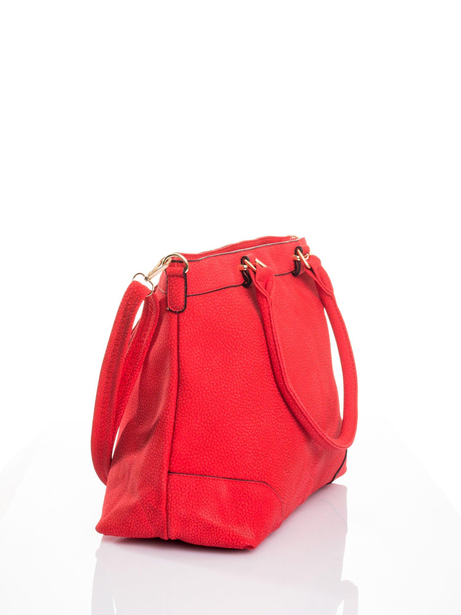 Czerwona torba na ramię ze złotymi okuciami                                  zdj.                                  4
